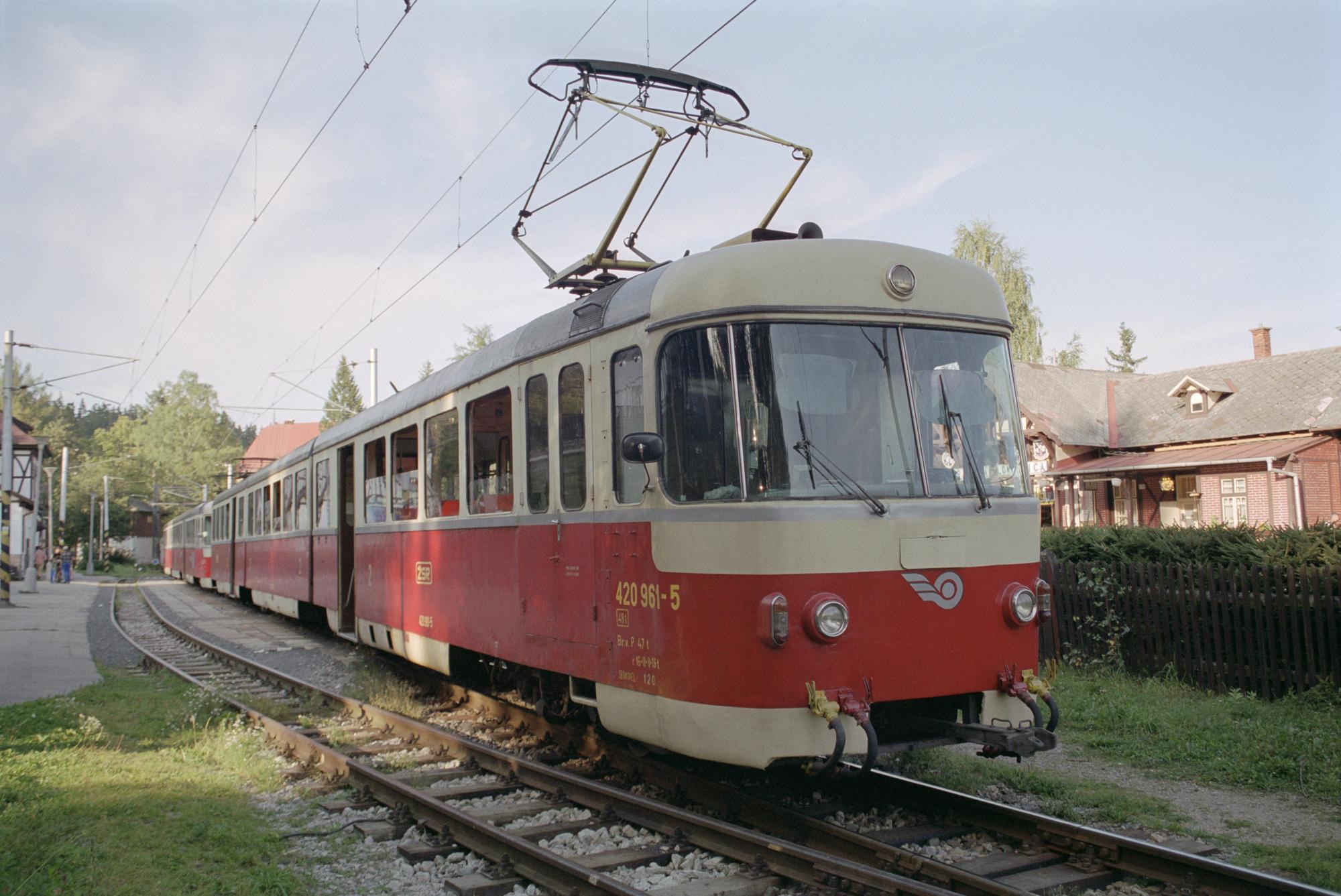 Příbuznost s tramvajemi T3 jednotky EMU 89 nezapřely. (zdroj: Wikipedia.org)