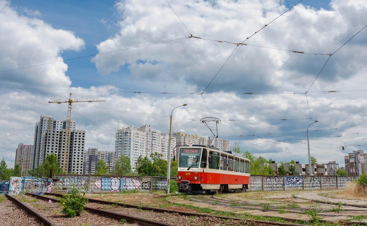 Vůz ev. č. 005 (ex-Praha ev. č. 8639) dne 8. 7. 2019 na smyčce K/st Vulycja Myloslavs'ka. (foto: Levis)