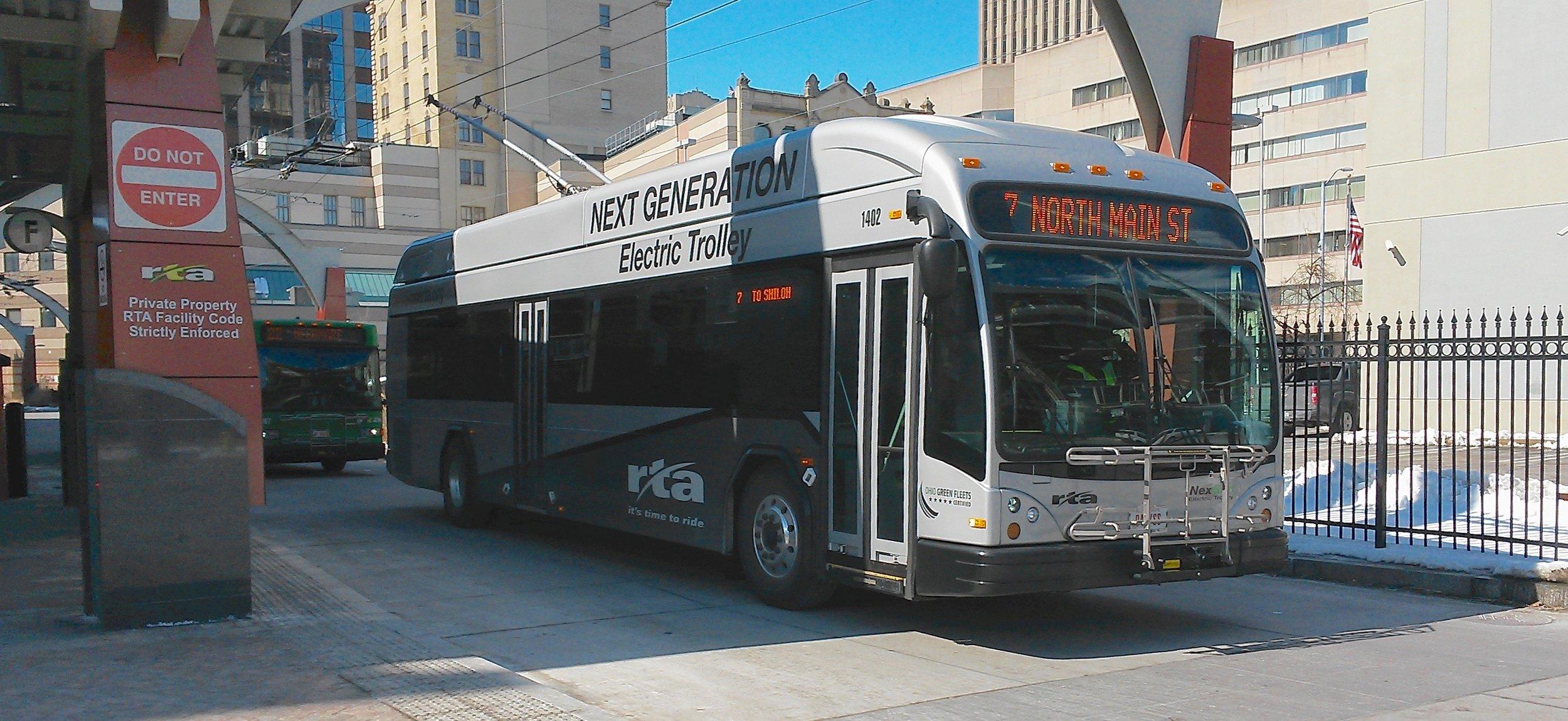 Jeden z prvních 4 trolejbusů Gillig, které byly dodány v letech 2014 a 2015. Výrobce se výrobou trolejbusů na svých webových stránkách nijak nechlubí. (zdroj: Wikipedia.org)