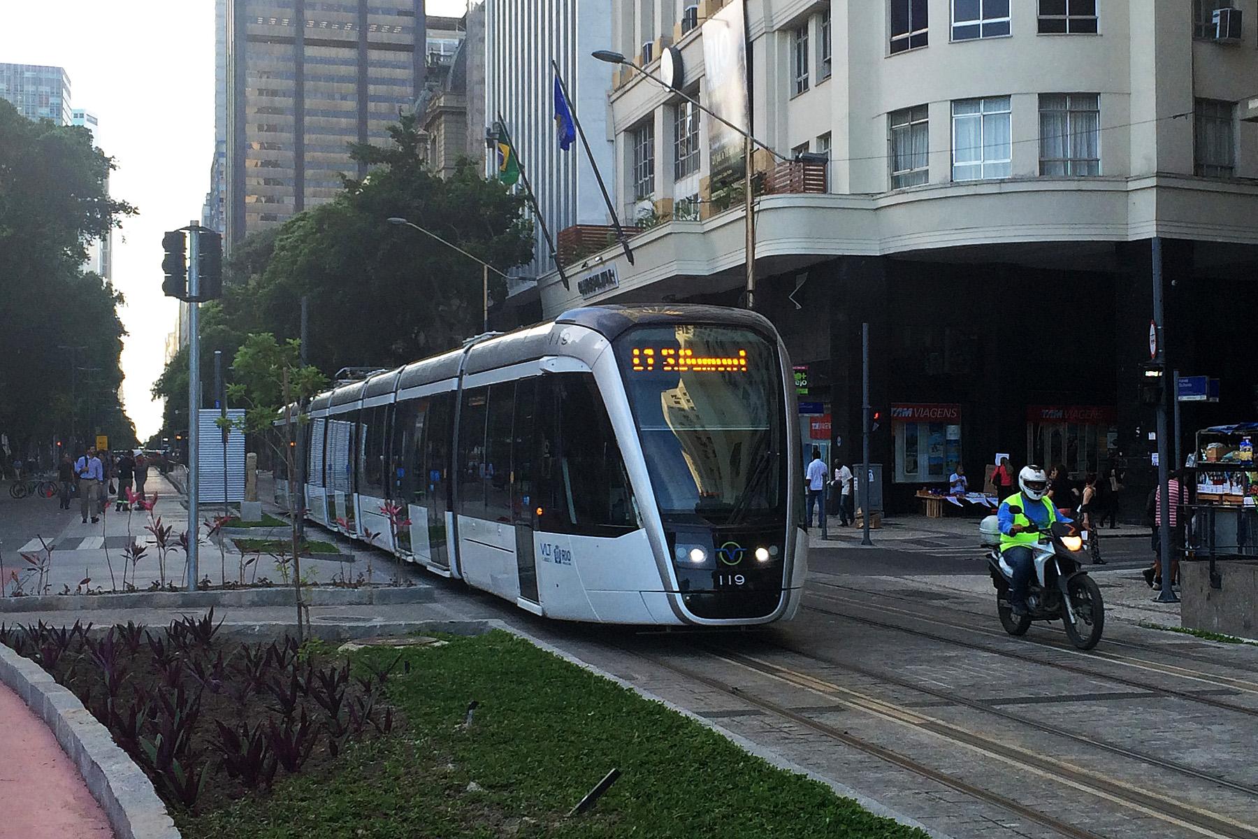 Tramvaj Alstom CItadis 402 v ulicích Ria. (zdroj: Wikipedia.org)