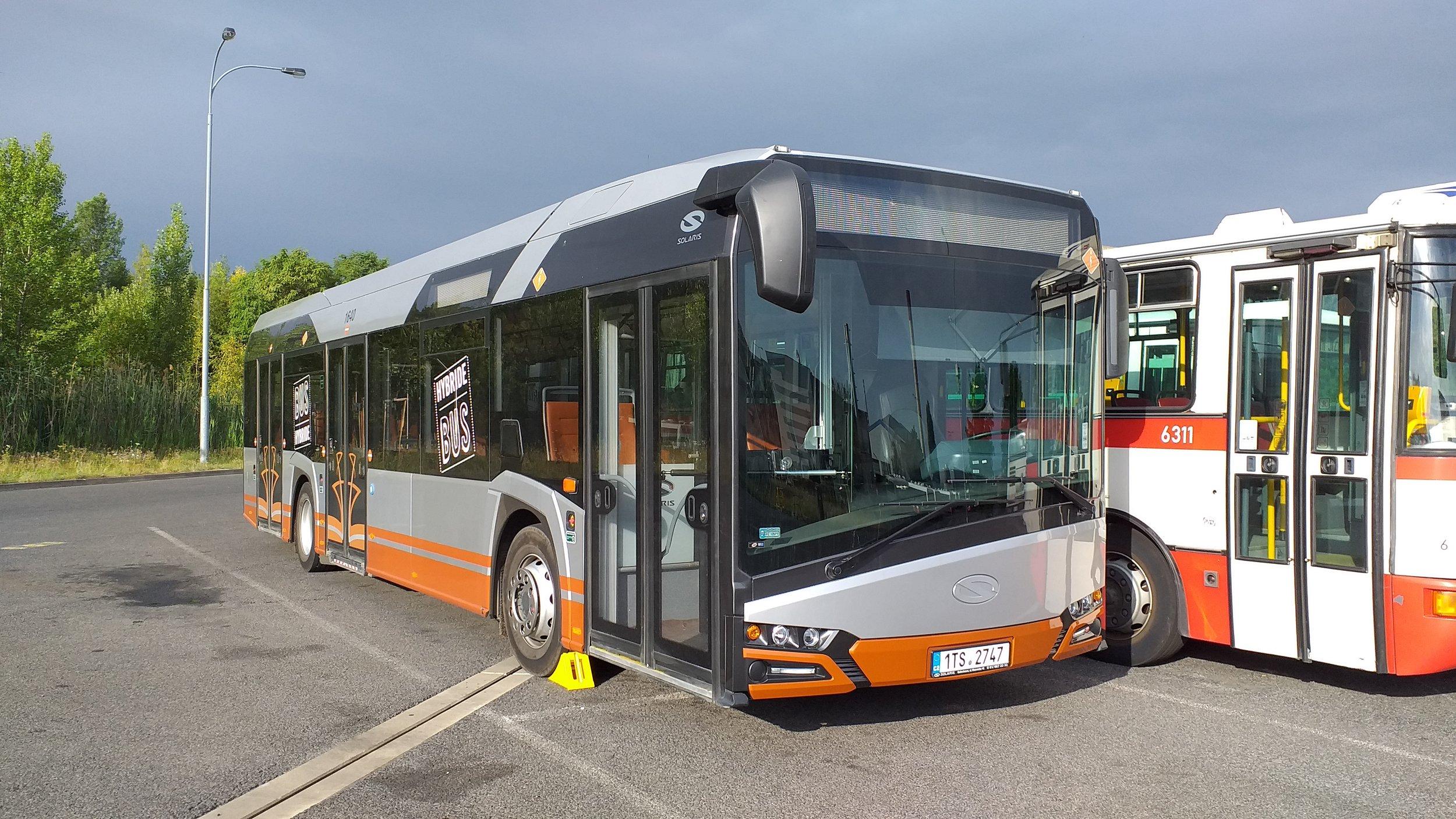 Solaris Urbino 12 Hybrid v hostivařských garážích. (foto: Šimon Hořický)
