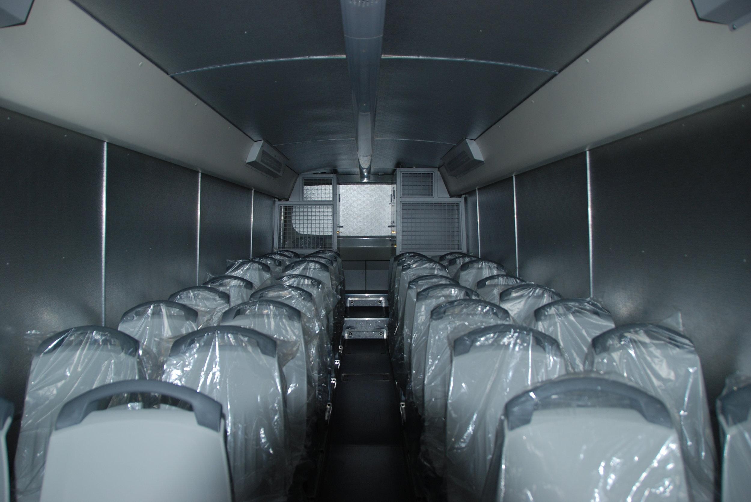 Jistě existují i pohodlnější verze Crosswaye… Zde je jedna z variant uspořádání interiéru Vězeňského autobusu z roku 2013. (foto: Libor Hinčica)