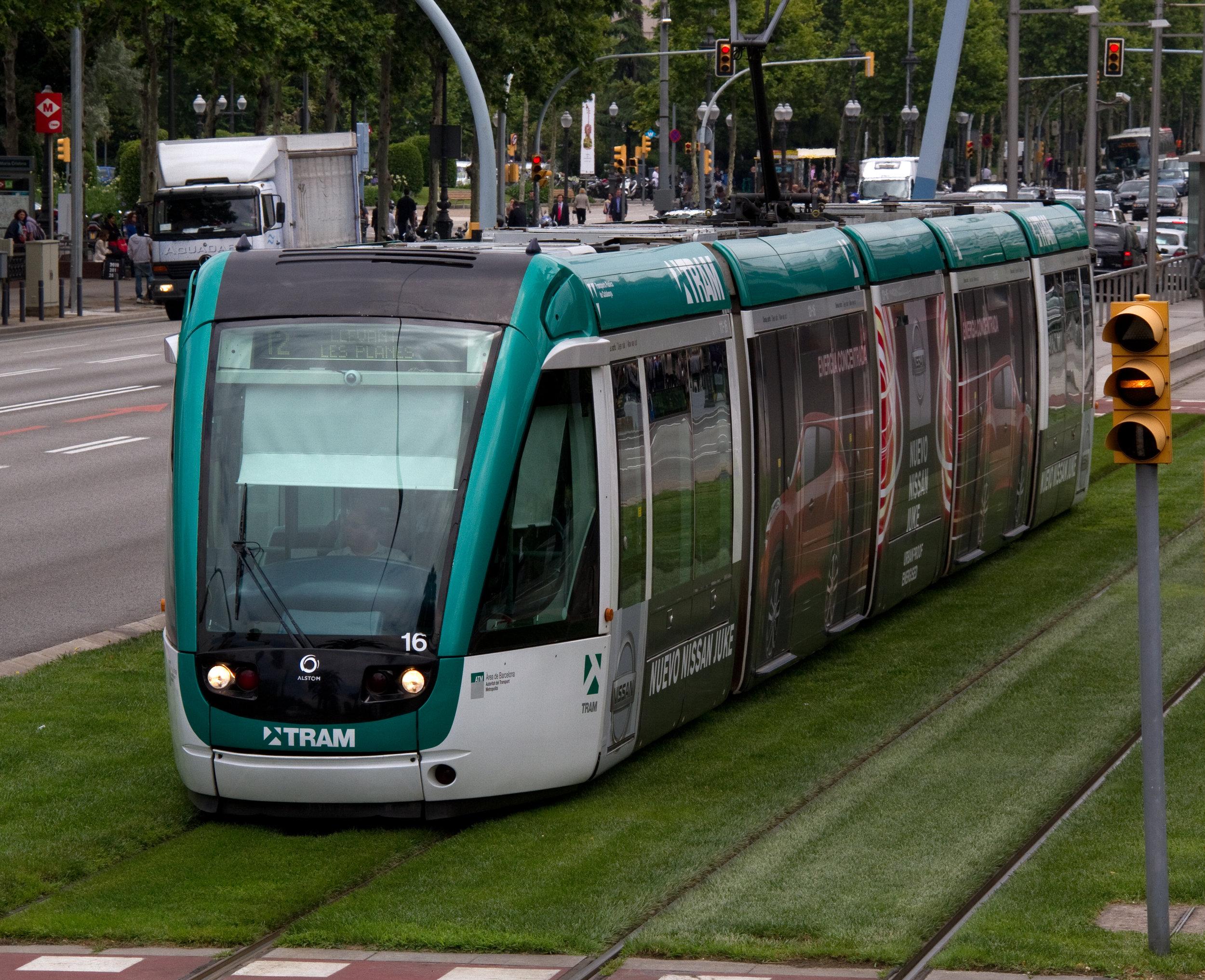 Tramvaj Alstom Citadis v ulicích Barcelony. (foto: Tony Hisgett; zdroj: Wikipedia.org)