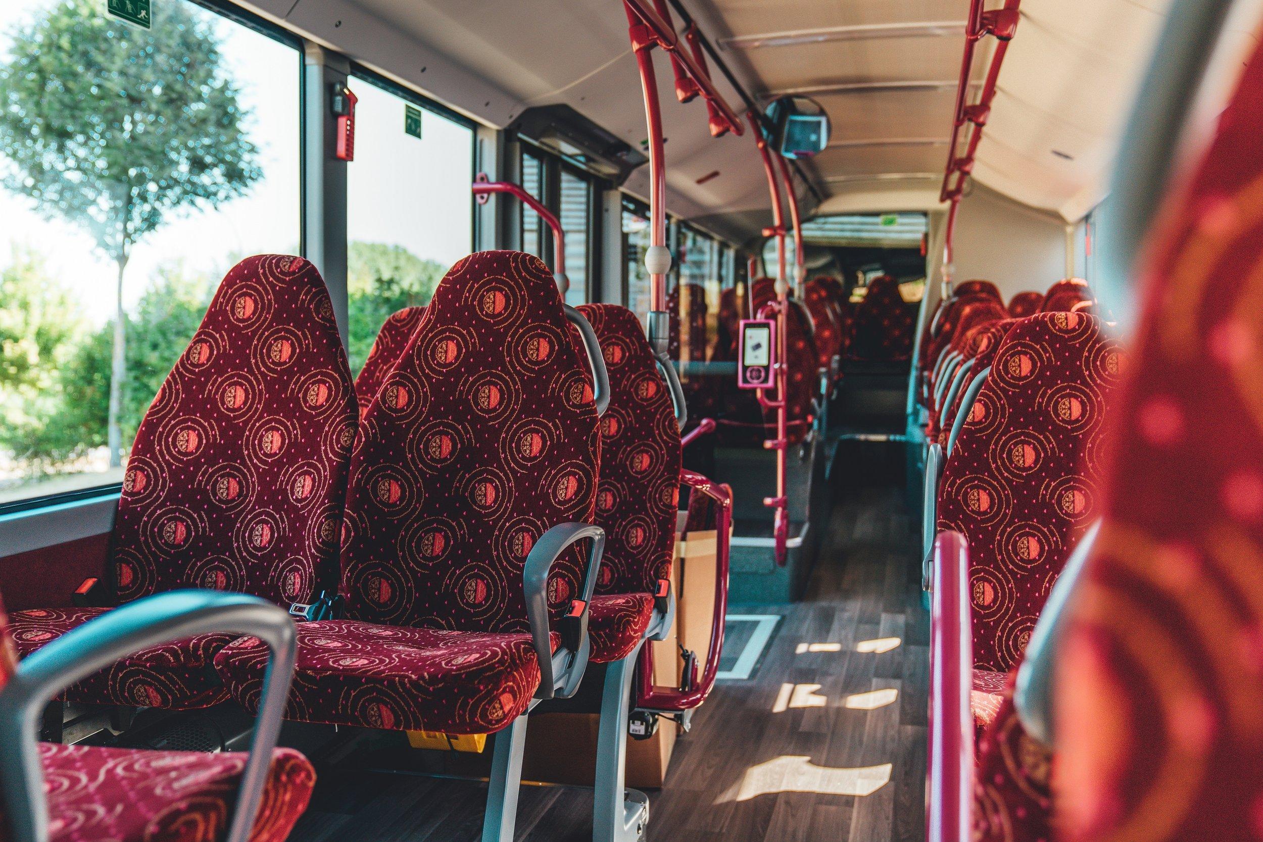 Pohled do interiéru lucemburského vozu laděného do odstínů červené barvy. Sedadla jsou vybavena bezpečnostními pásy. (foto: Daimler Buses)