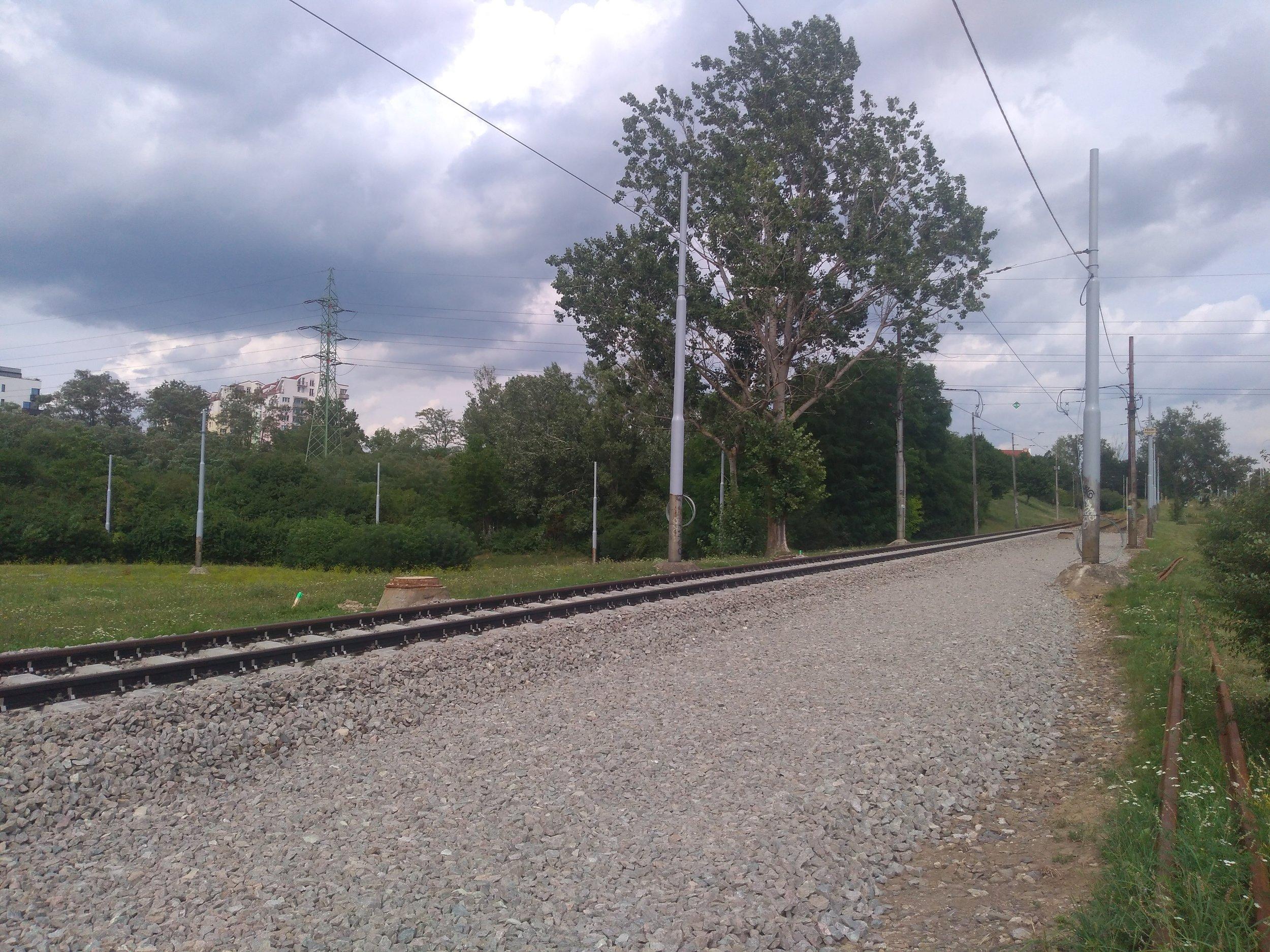 Pohled na rekonstrukci paralelní tramvajové trati.