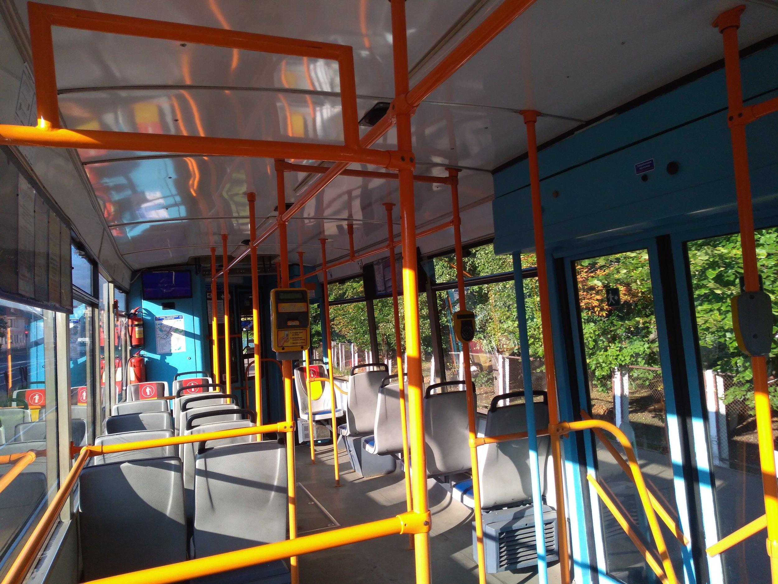 Jízdenky na tramvaj se kupují v kioscích nebo u řidiče, kde jsou o pět kopějek dražší. Jízdenky je třeba označit. Kdo má platební kartu, může platit i ní (to platí zatím jen pro tramvaj).
