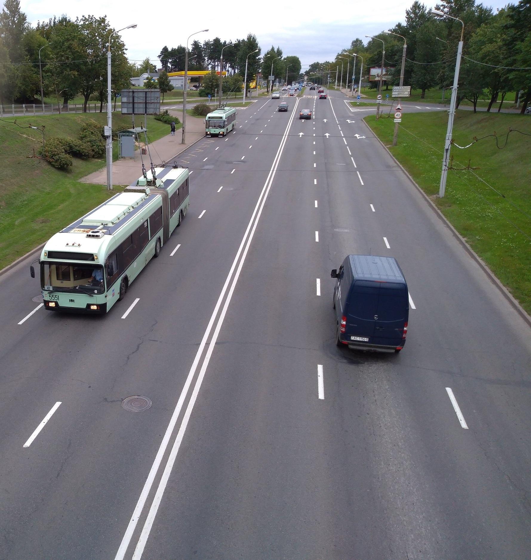Trolejbus BKM-333 a za ním BKM-321 ve východní části města.