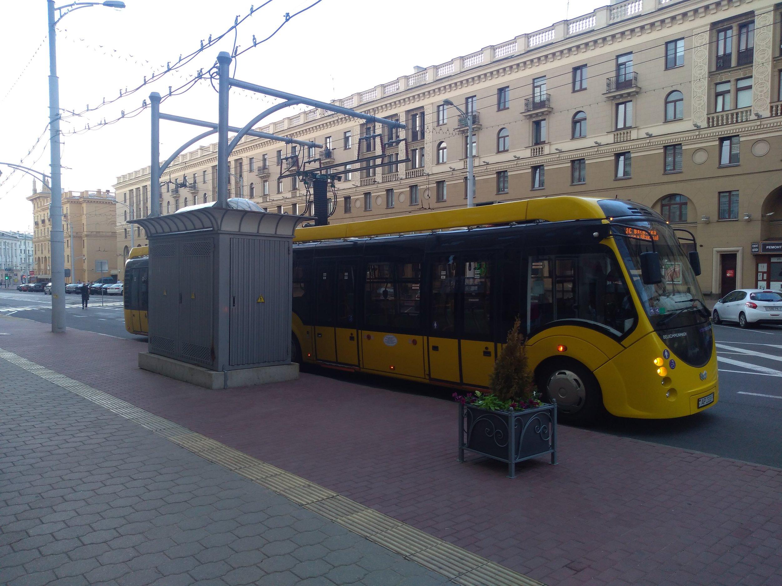 Elektrobus v centru a u nádraží.