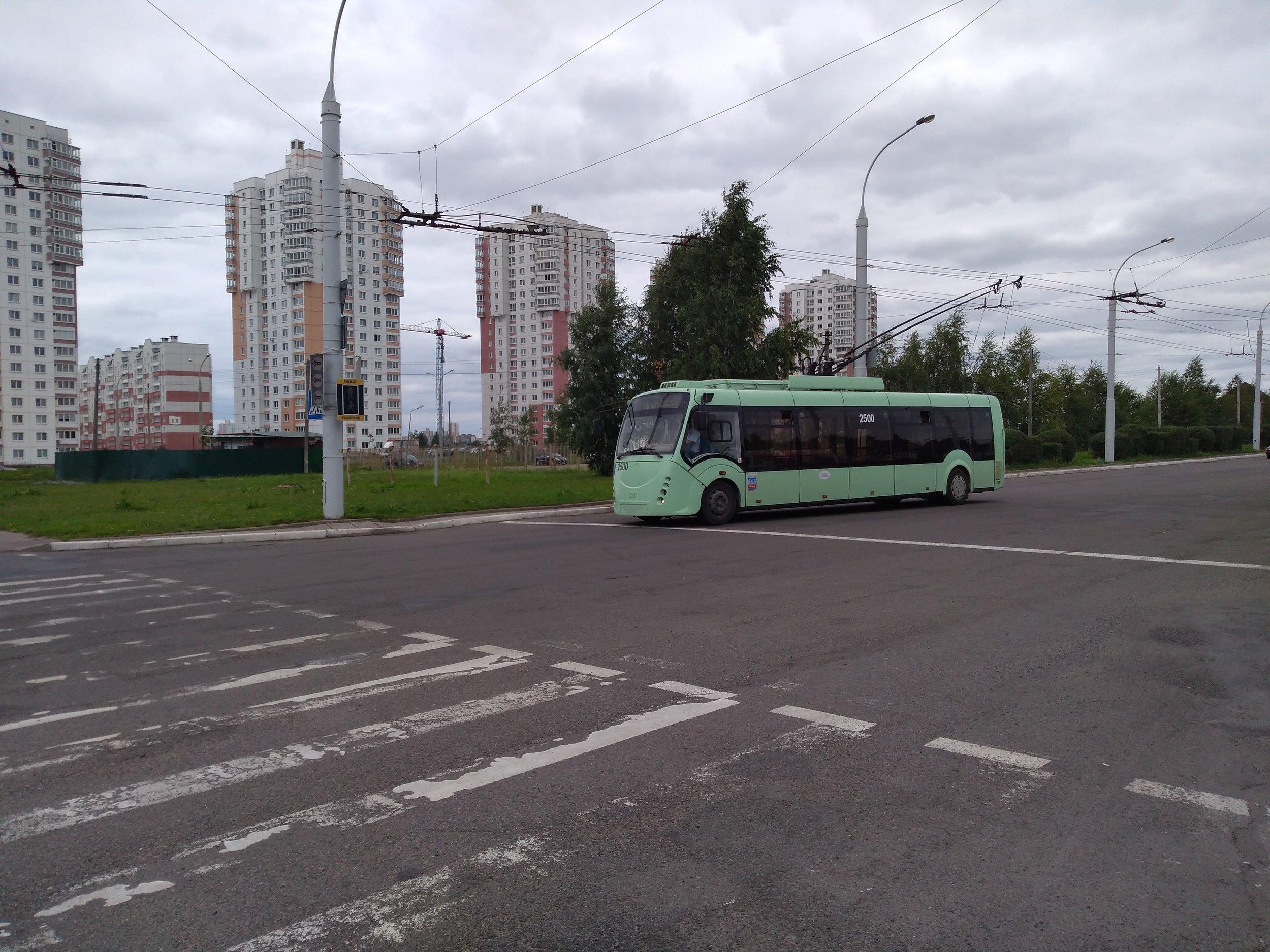 V této galerii se je možné podívat na vůz ev. č. 2500 typu AKSM-42003A «Vitovt». Tento typ byl Belkommunmašem sestrojen poprvé roku 2007 a na snímku vidíme první sériové vozidlo z roku 2008. Minsk si pořídil těchto dvoudveřových trolejbusů, které uvedly tzv. čtvrtou generaci vozidel běloruského výrobce, jen 6 (včetně prototypu). Trolejbus, přestože byl prezentován až v kolumbijském Medellínu, se nesetkal s velkým ohlasem, další kus provozuje Kaliningrad a ještě jeden pak provozoval už jen ruský Kovrov, který jej převzal od bulharského Plovdivu. Podobná verze s označením AKSM-420030 se dočkala čtyř provozovatelů, a sice Bělgorodu, Tuly, Tiraspolu a Kaliningradu. Těm všem bylo dohromady dodáno 43 vozů.