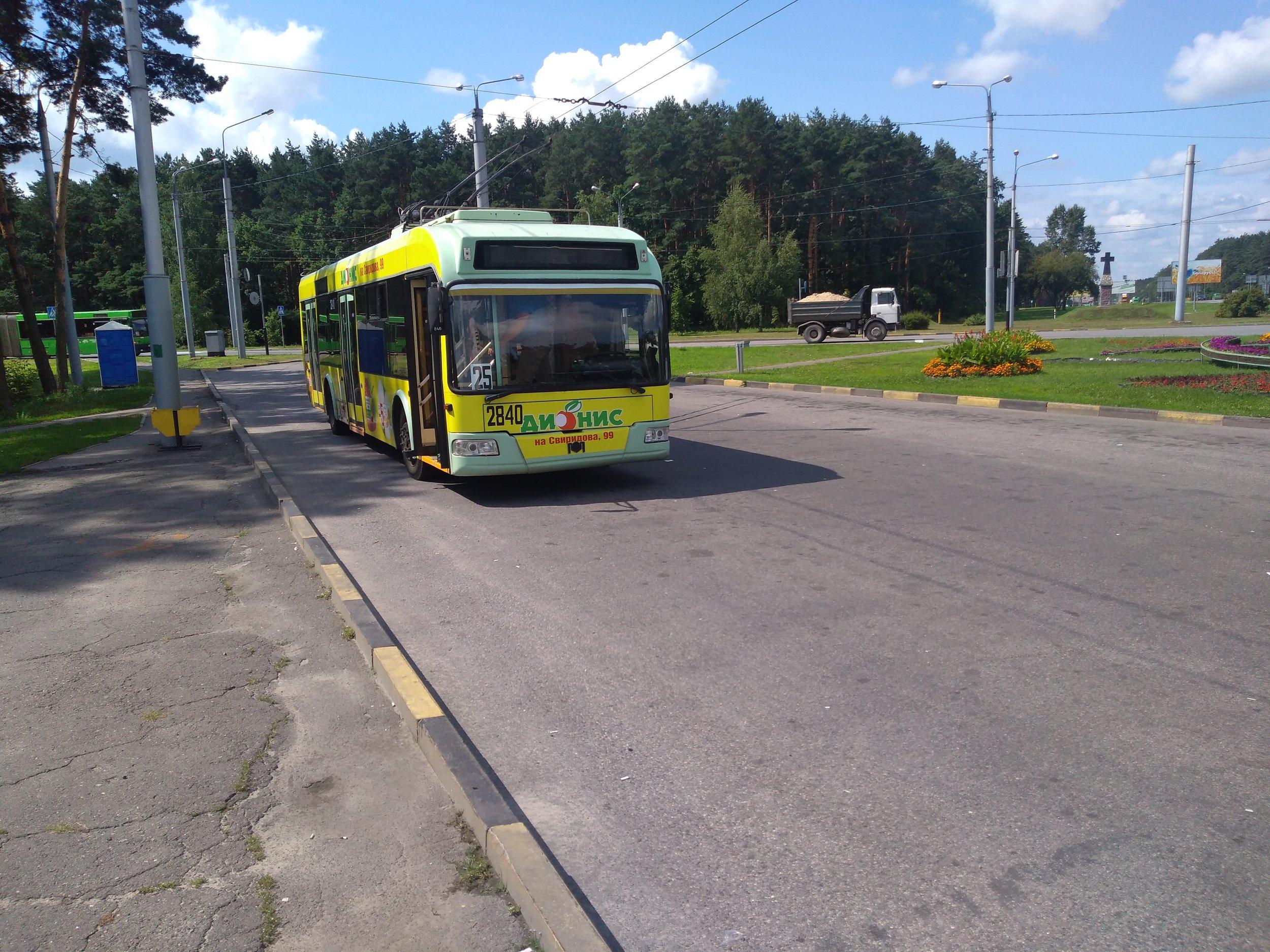 Na západní konečné Solněčnaja se částečně sluní trolejbus AKSM-321 (také označován jako BKM-321).