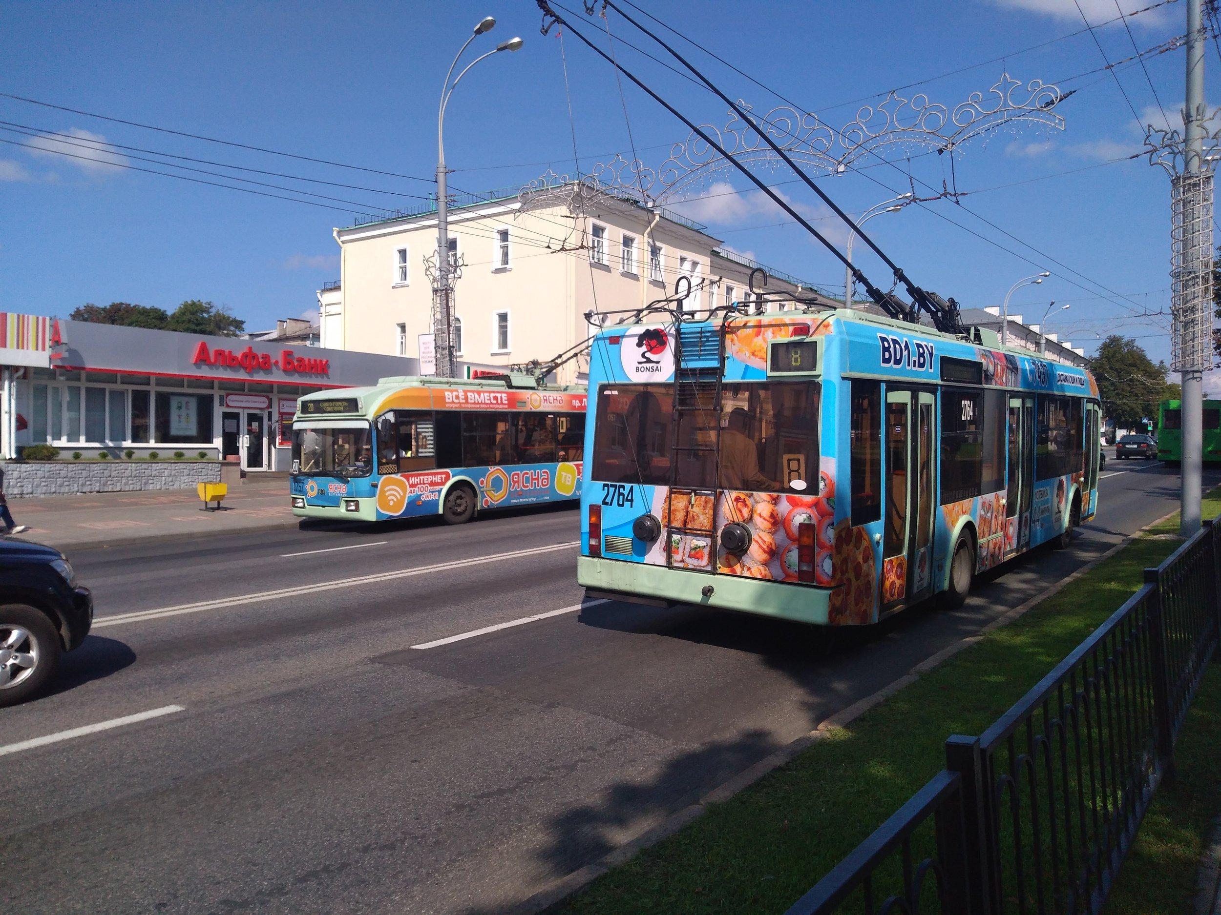 Trolejbusy se to v Homelu jenom hemží, zde vidíme dva nedaleko místního cirkusu.