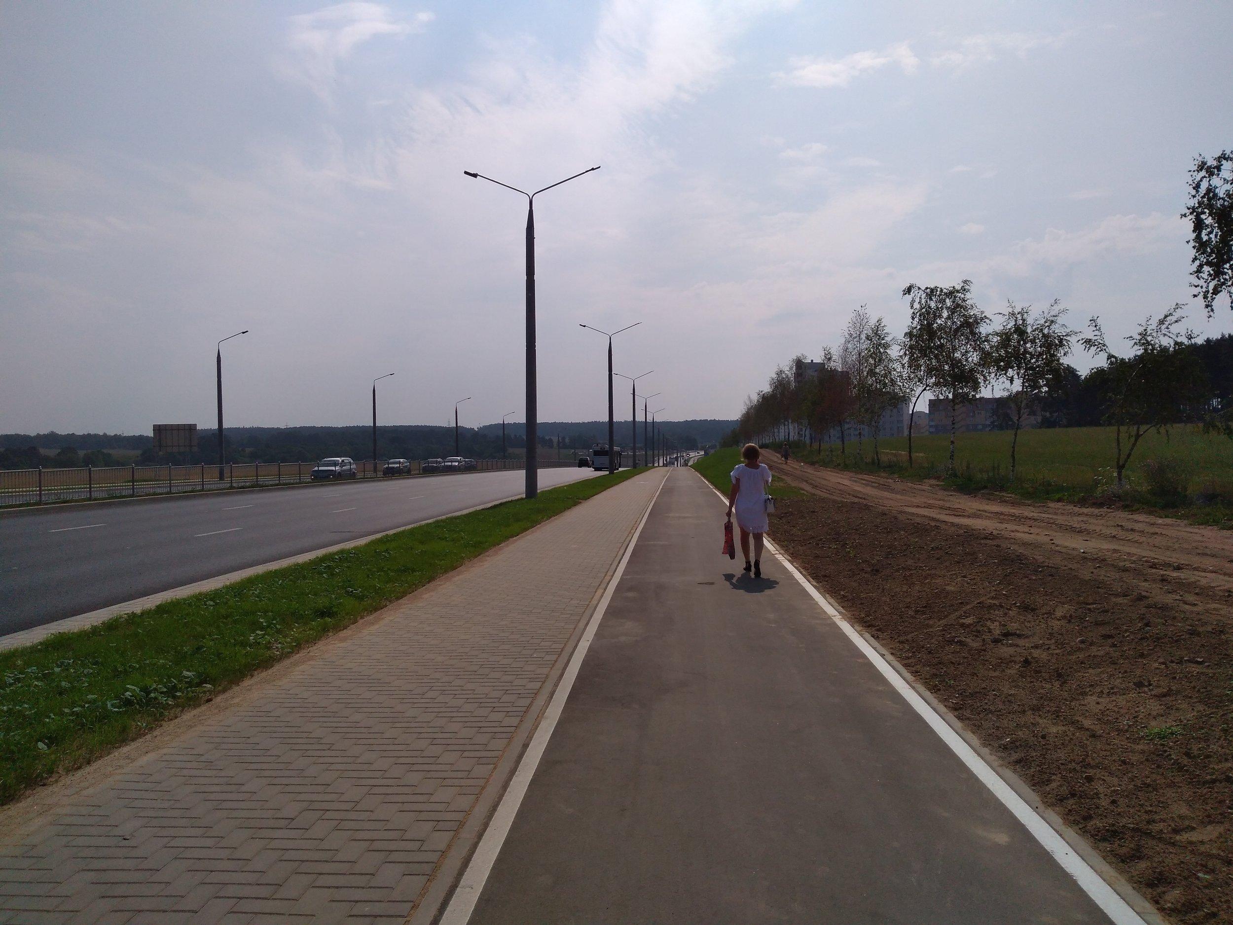 Pohled opačným směrem. Po této ulici by mohly jezdit také parciální trolejbusy. Po cca 1 km by při odbočení vpravo dojely na konečnou Višněvec, kde končí linka č. 20.