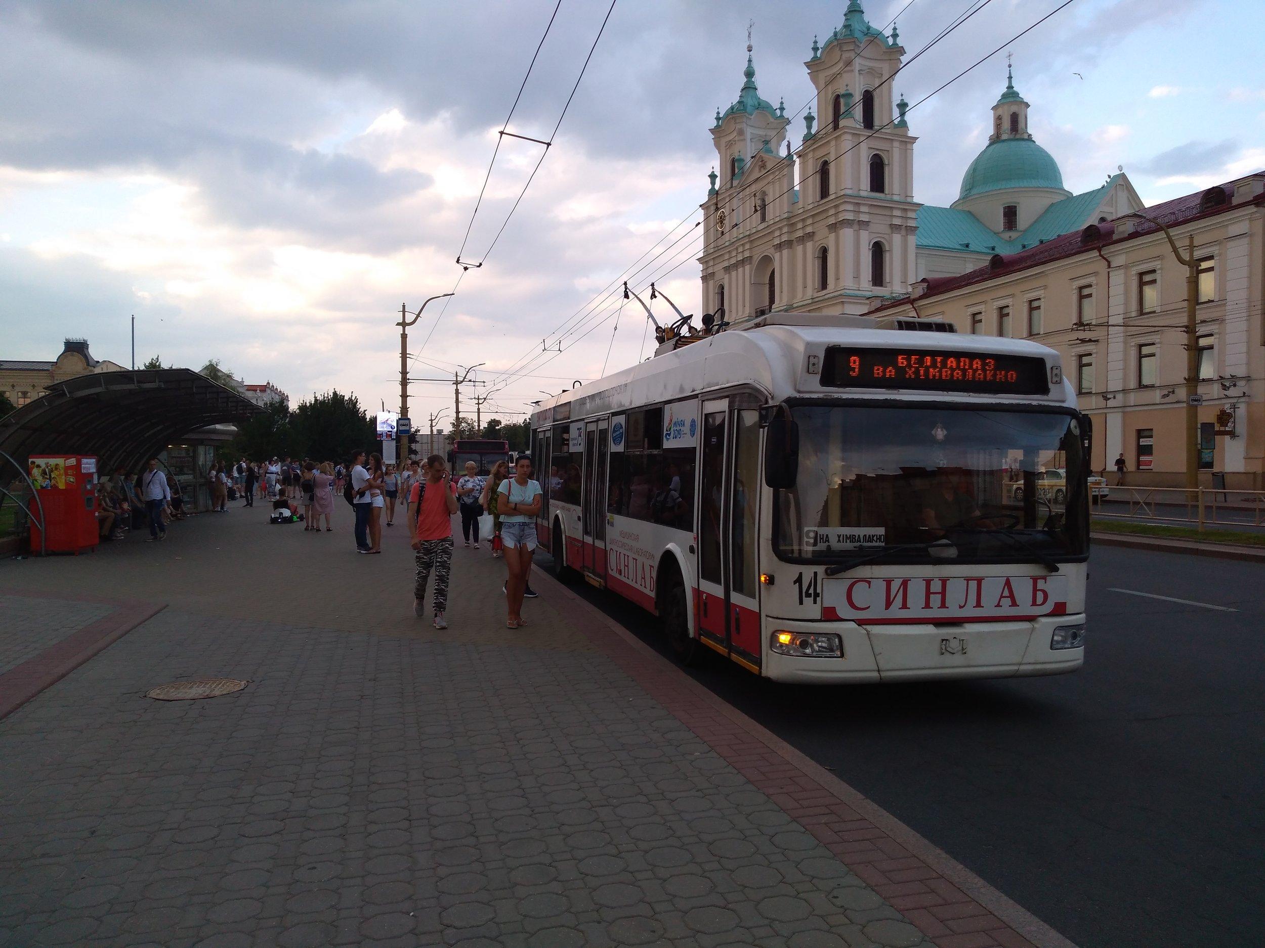 Trolejbusy jezdí po hlavním grodenském Sovětském náměstí po jeho dvou stranách.