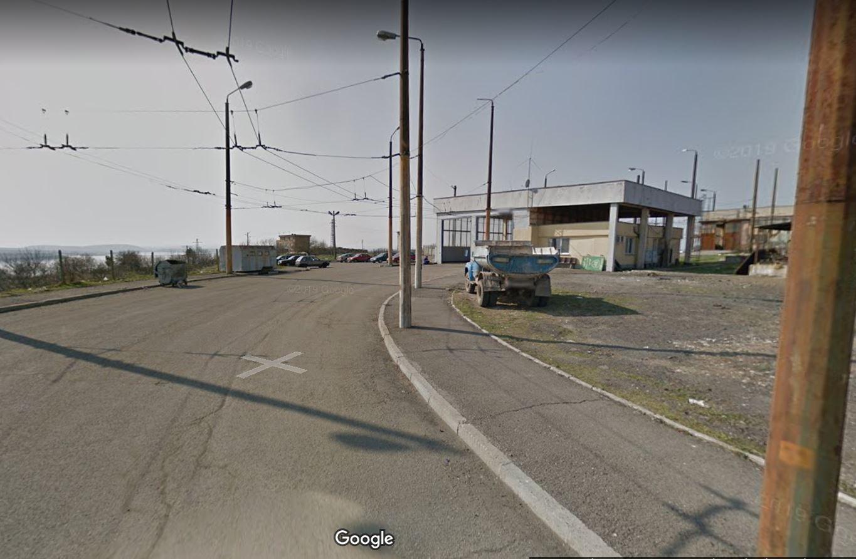 Dál jsme se již nedostali, proto využijeme 3 starší snímky z Google Maps. Po nich následují snímky pořízené z ulice výše.