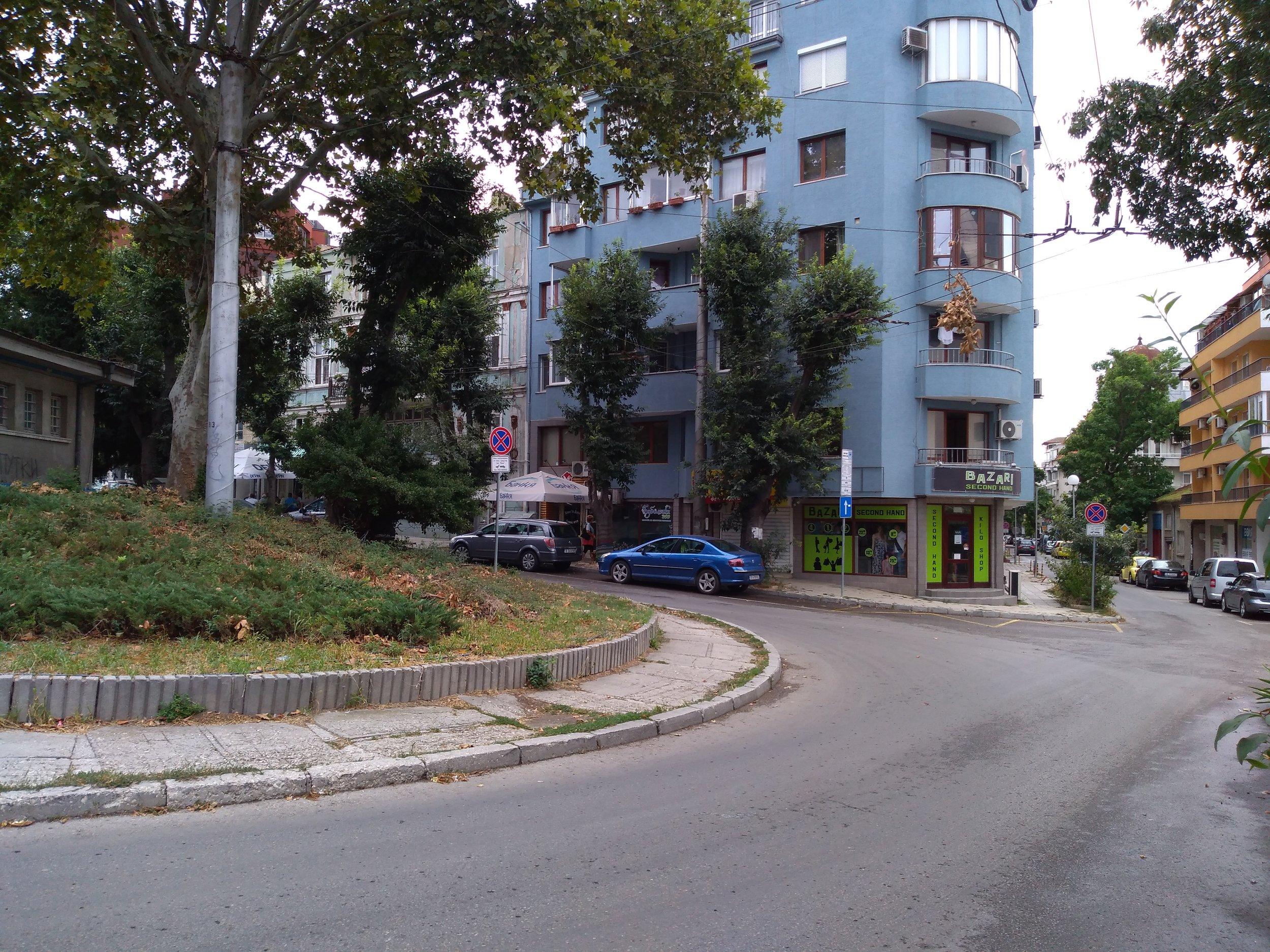 Nevyužívaná nácestná konečná Dimčo Debeljanov v centru města.