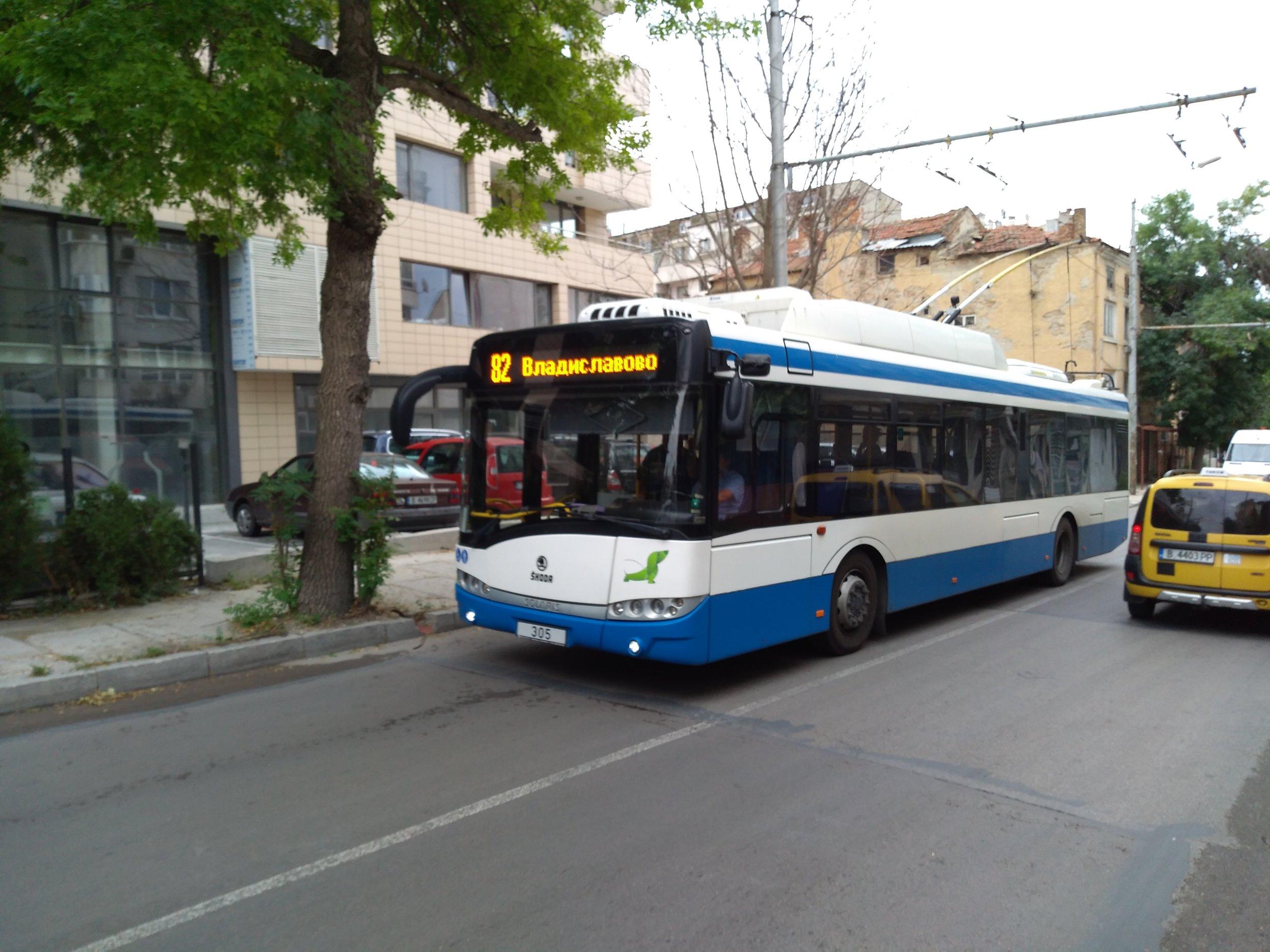 Trolejbus přijíždí k zastávce Dimčo Debeljanov.
