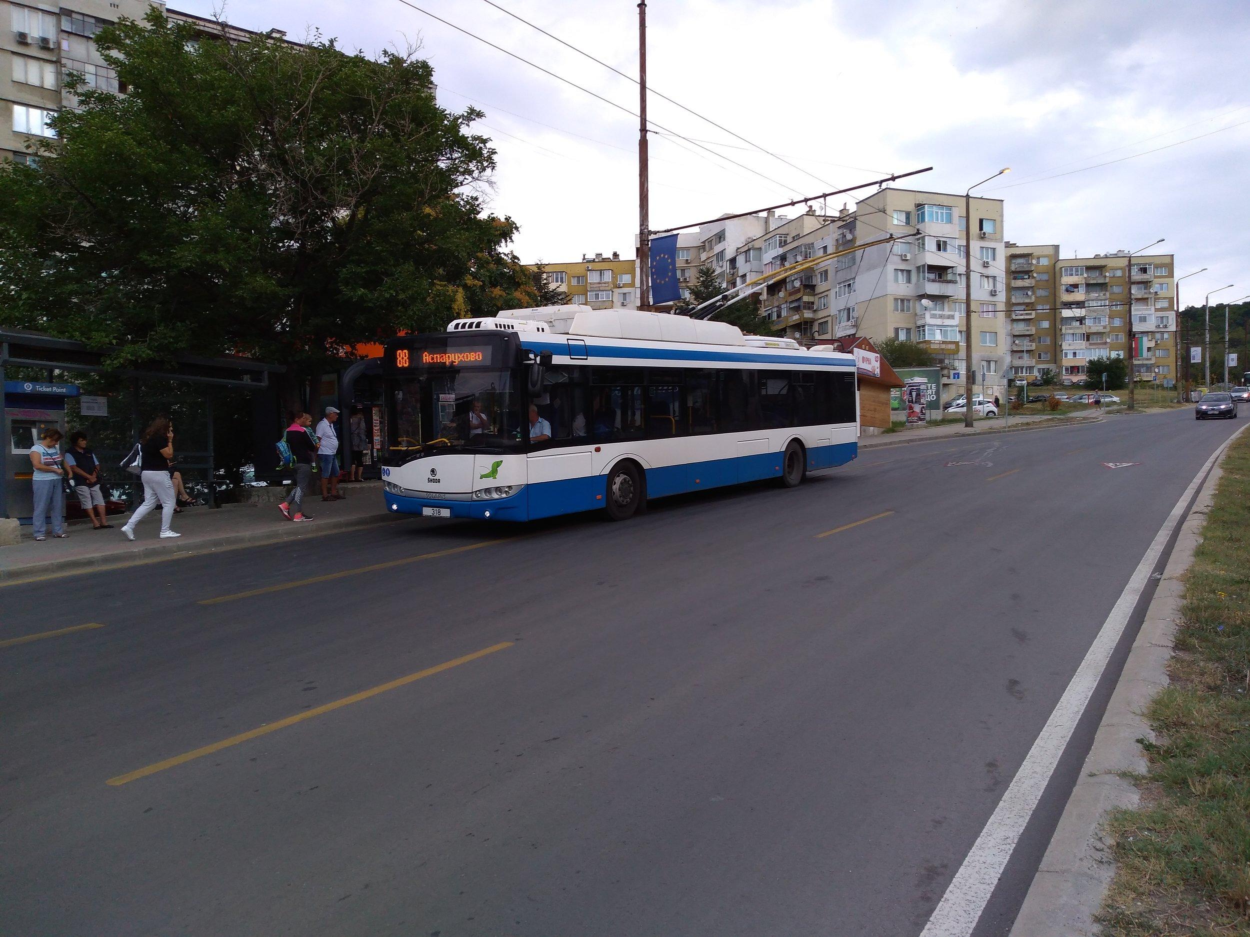 Trolejbus se chystá k odjezdu z konečné Vladislavovo.