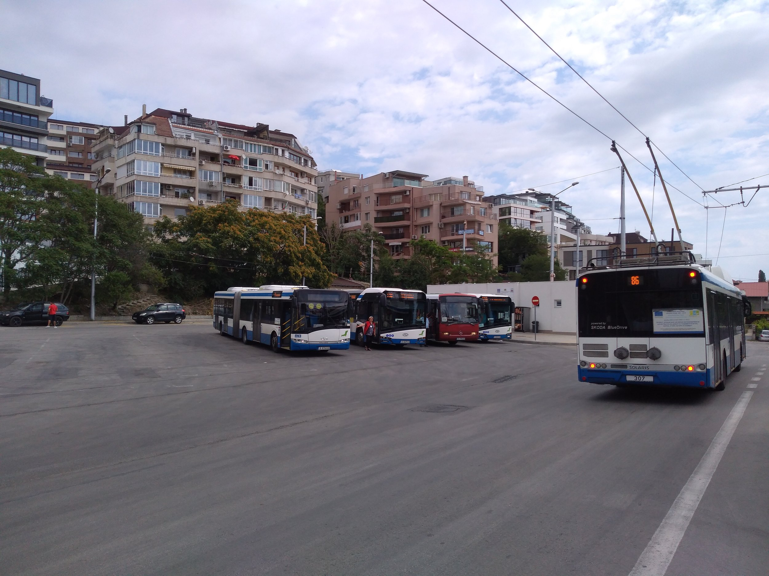 U konečné Počivka. Poptávka po přepravě MHD je na severovýchodně města dostatečná, přesto sem trolejbusy jezdí jen jednou za půl hodiny a v pozdějších večerních hodinách už sem nesměřují vůbec, zatímco poptávku obsluhují hromadně autobusy.