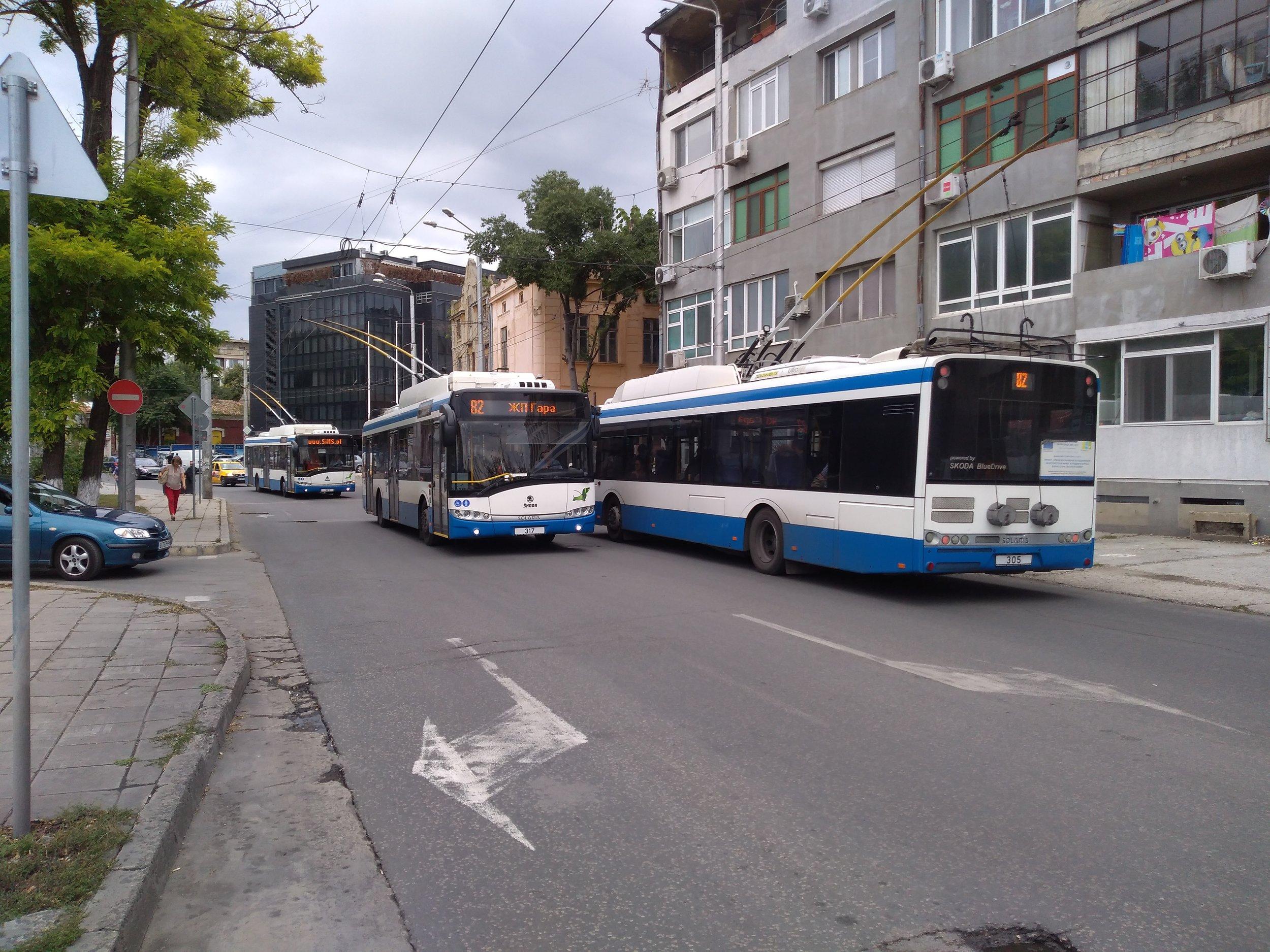 Vyfotit tři trolejbusy současně vyžaduje velkou míru štěstí, trolejbusy totiž ve Varně v krátkých intervalech nejezdí. Zde se sešly dva trolejbusy na lince s trolejbusem, který jel bez cestujících.