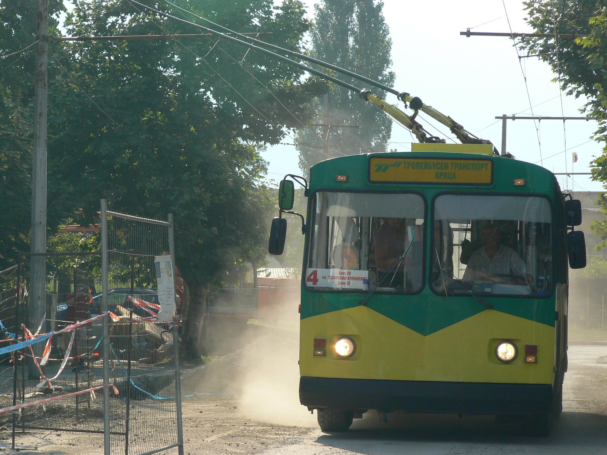 Na snímku nevidíme trolejbusovou rallye ani zkoušku toho, co vše sběrače dokážou, ale objezd rozkopané vozovky. (foto: Zdeněk Sýkora, 2014)
