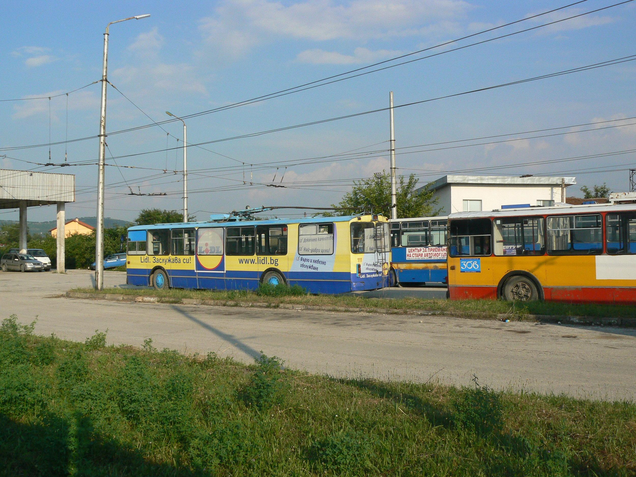Vozovna, v pozadí Ikarus 280.92.
