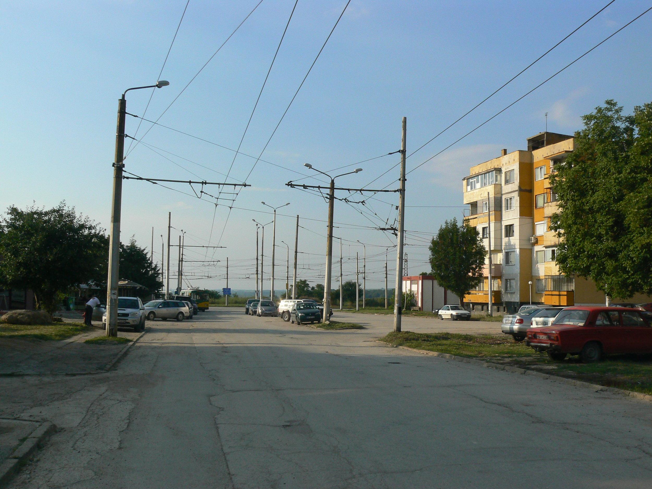 Pohled od trati k vozovně na konečnou Blok 26.