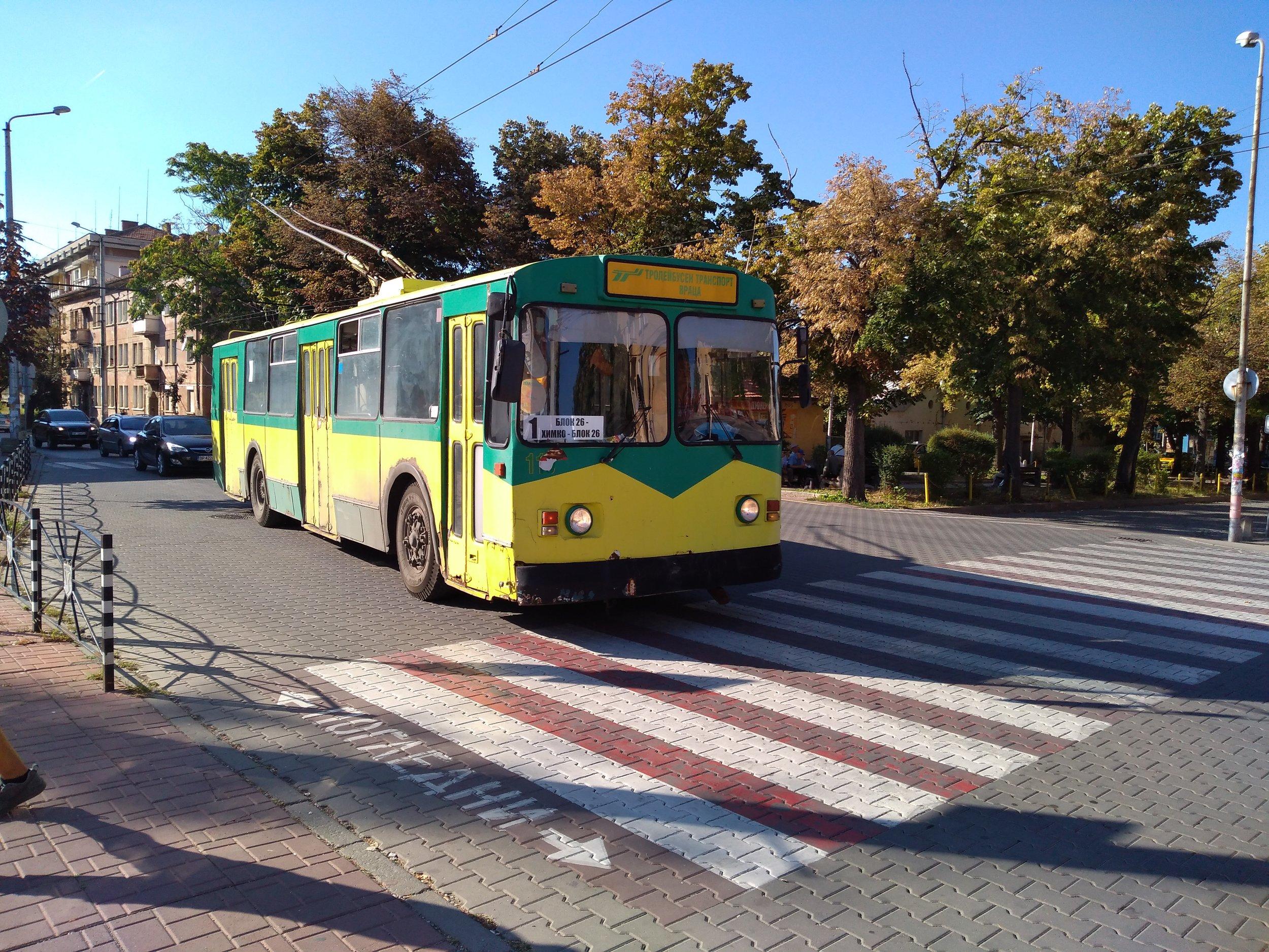 Trolejbus ZiU-682V1А na místním hlavním náměstí Makedonia dne 18. 8. 2019.