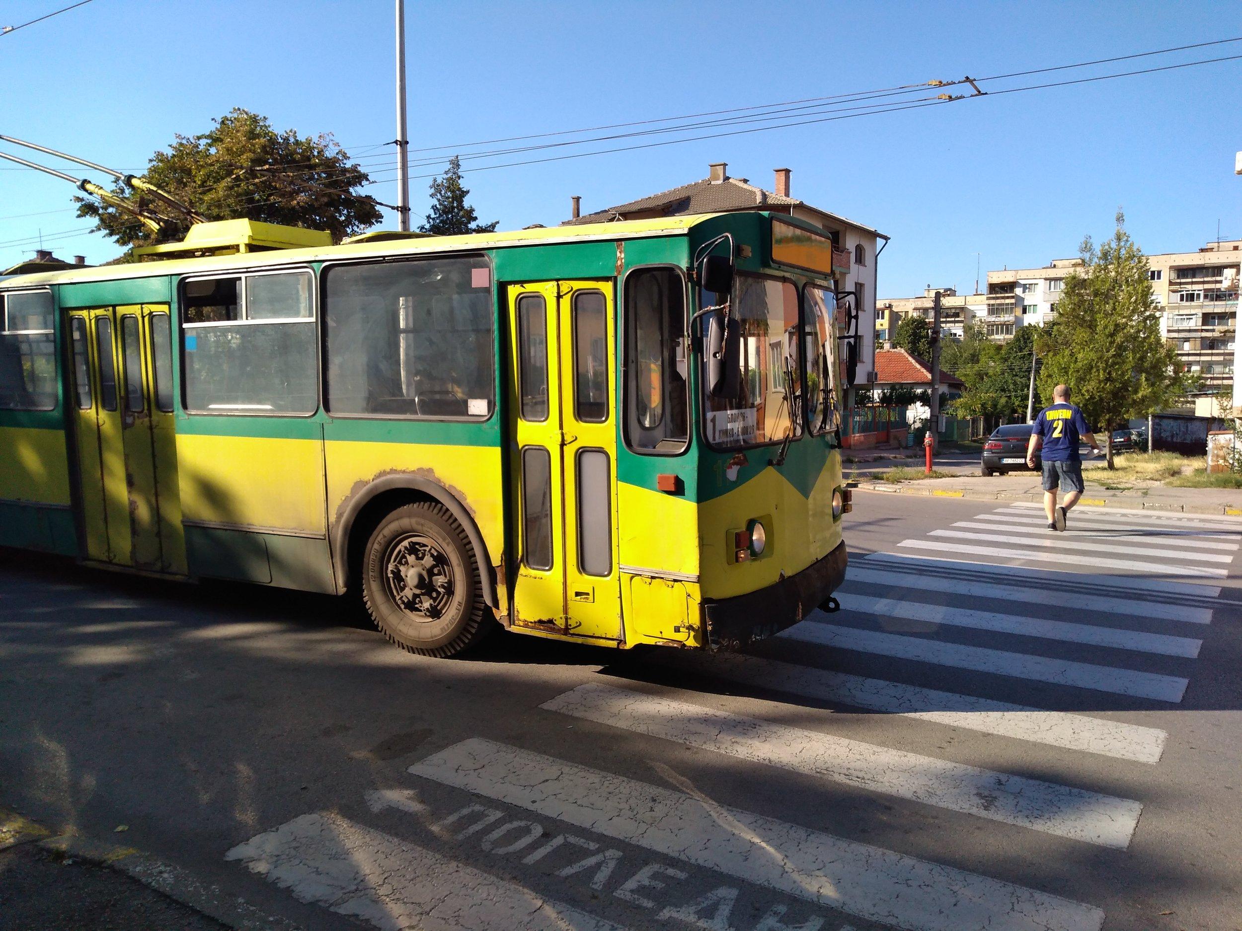 Zastávka Ž. K. Mladosť ve východní části města.