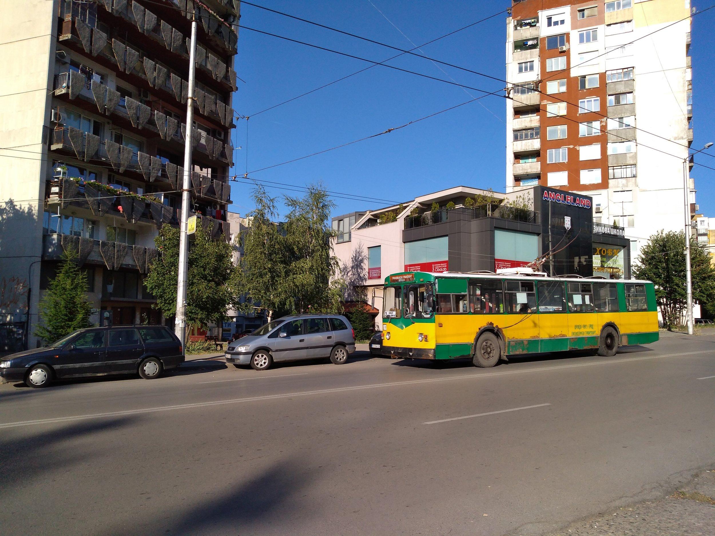 Trolejbus na třídě Vtori Juni ve směru do centra.
