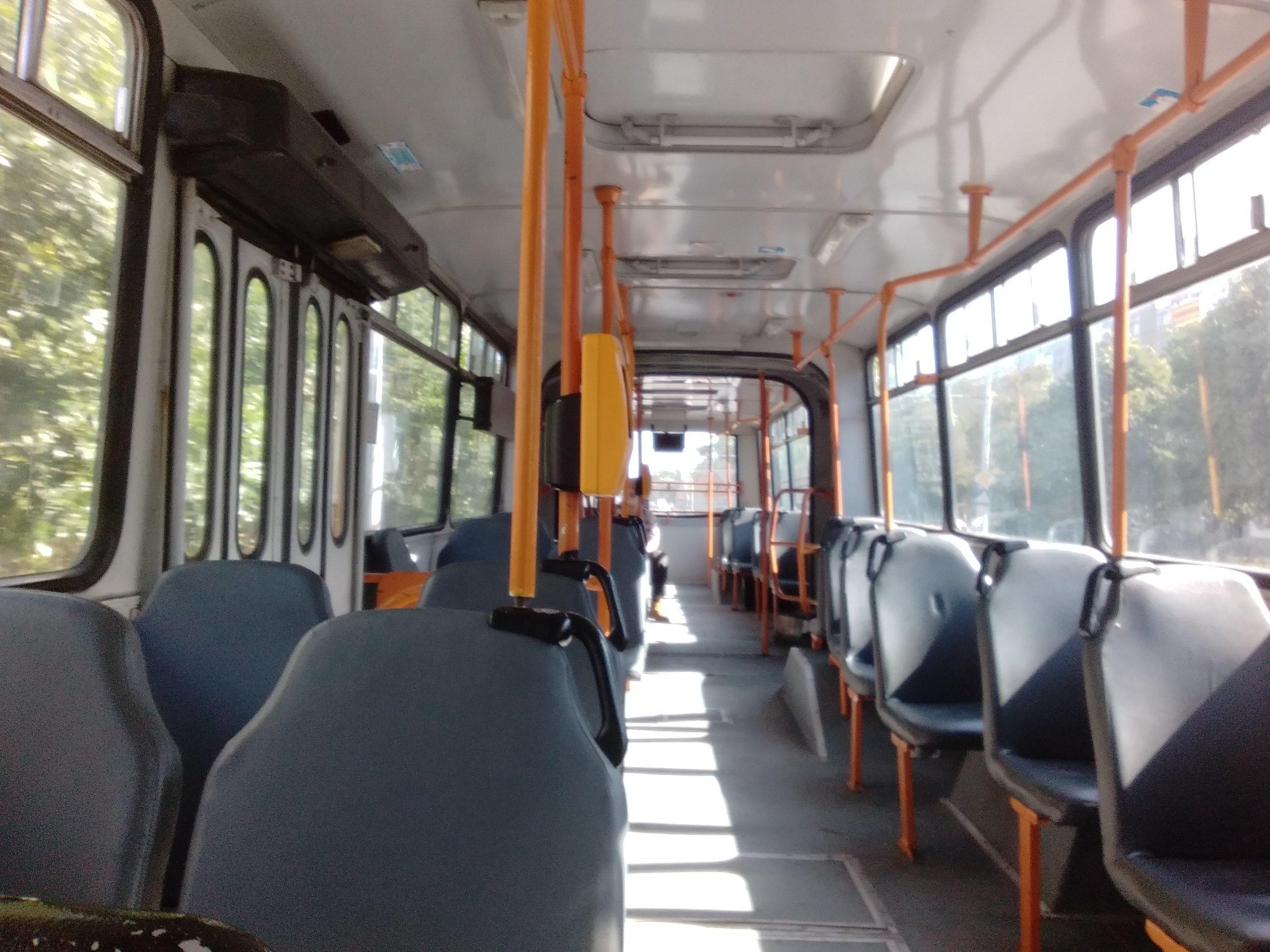 Uvnitř modernizovaného trolejbusového Ikarusu.