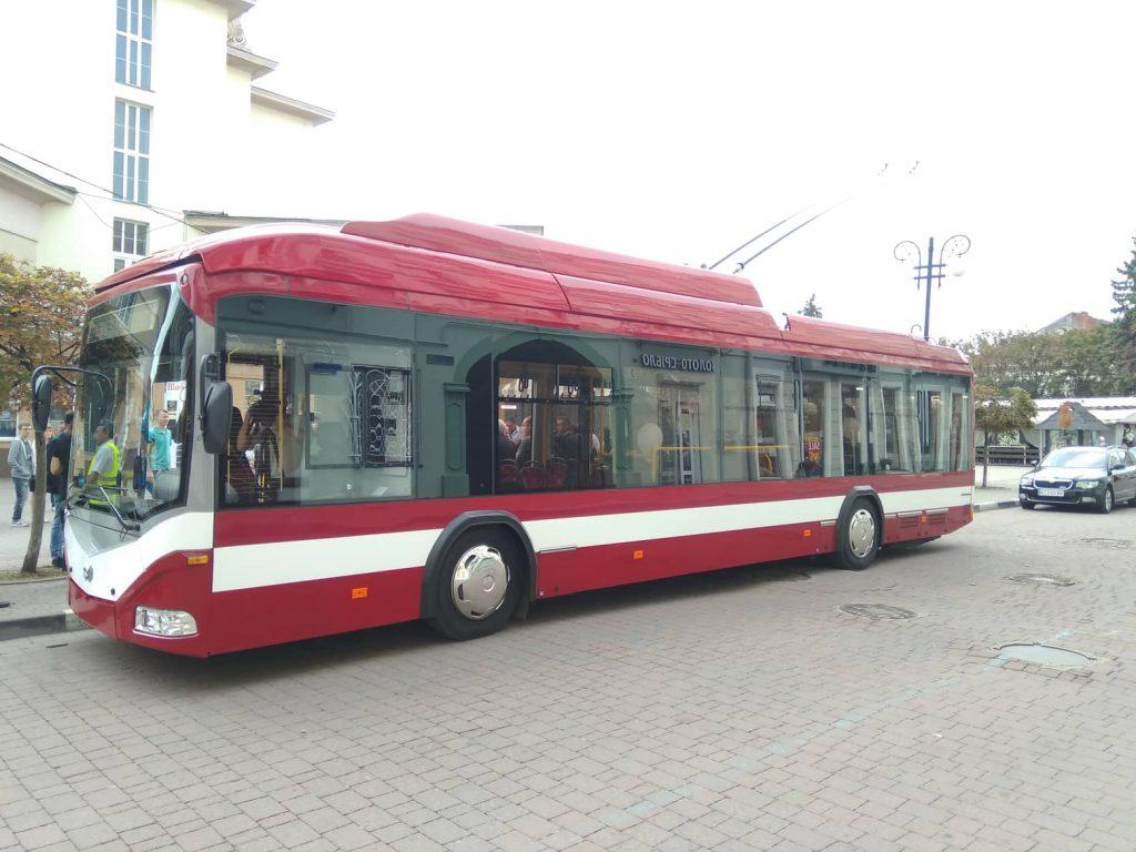 První z 29 trolejbusů BKM-321 pro Ivano-Frankivsk. O obnově trolejbusového vozového parku na Ukrajině připravujeme pro tištěný časopis podrobný text. (foto: pravda.if.ua)