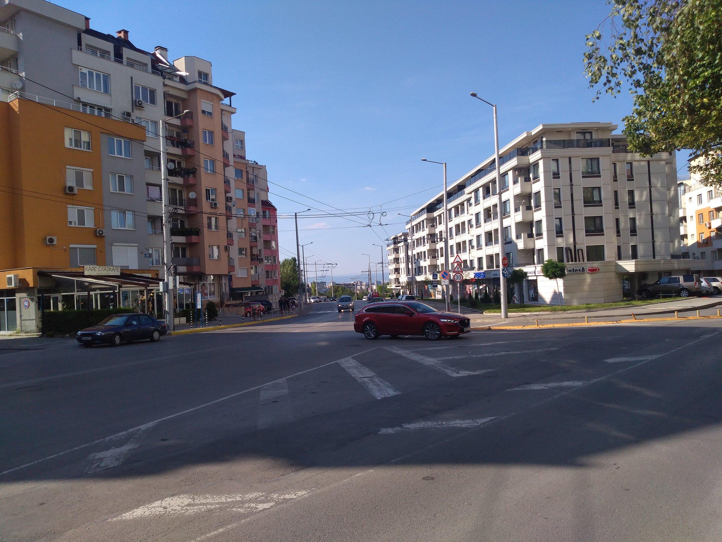 Dva pohledy od konečné Ž. K. Mladost-2 směrem ke konečné Ž. K. Mladost-1 a centru města.
