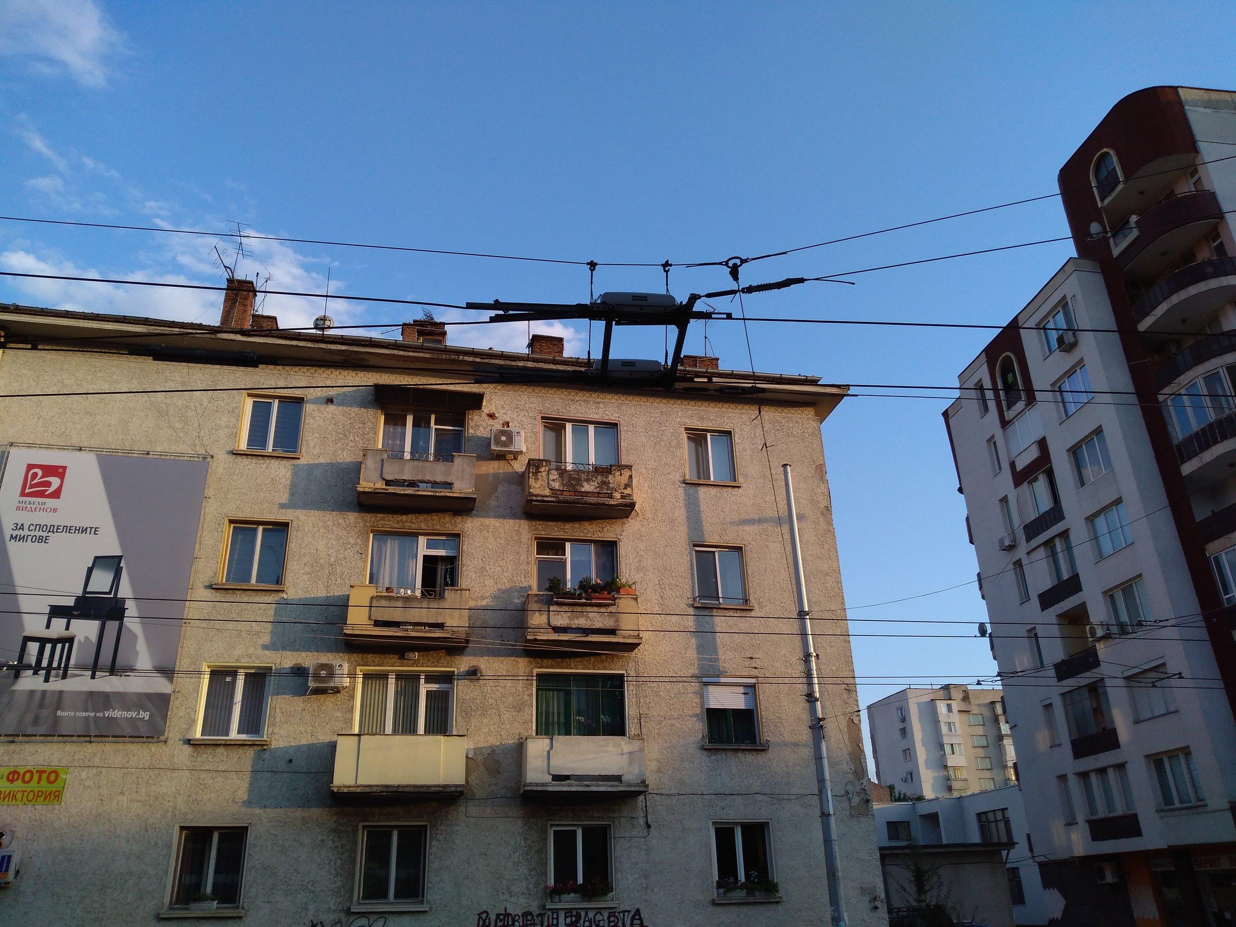 Výhybka od firmy Elektroline. Pleven má mezi bulharskými trolejbusovými provozy nejvyšší počet výhybek od tohoto výrobce, který se postaral o podstatnou část rekonstrukce místních trolejí i jejich rozšíření.