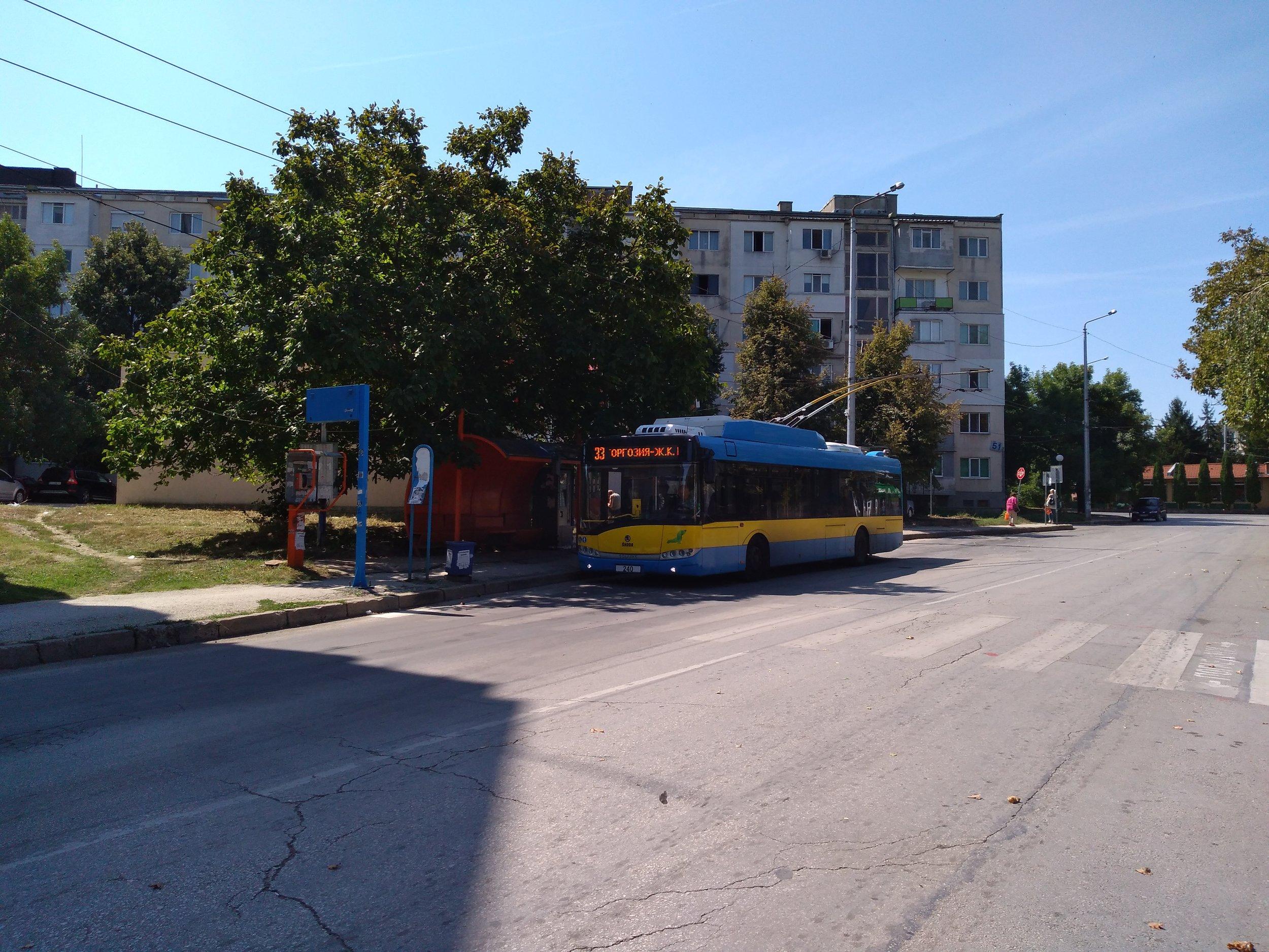 Zastávka x. l. Storgozija na jednostopé trati v severozápadním sektoru města. Trolejbusy oficiálně končí o několik zastávek dříve, nicméně odpočinek si dopřávají obvykle až zde.