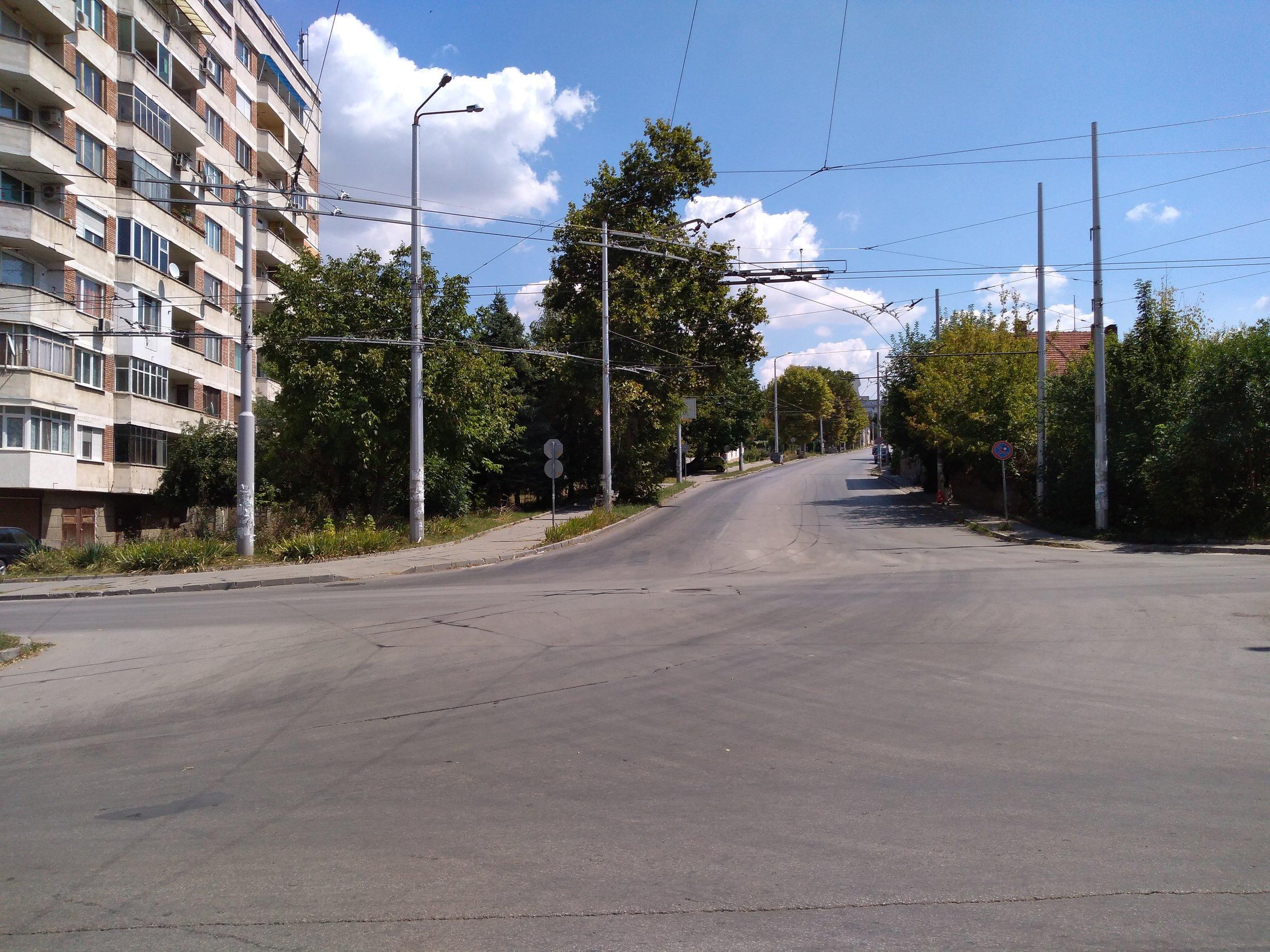 Nová trať obsluhovaná linkou č. 44 začíná v tomto místě a směřuje doprava. Vychází z trati napojující centrum (vlevo) se sídlištěm Družba (na kopci).