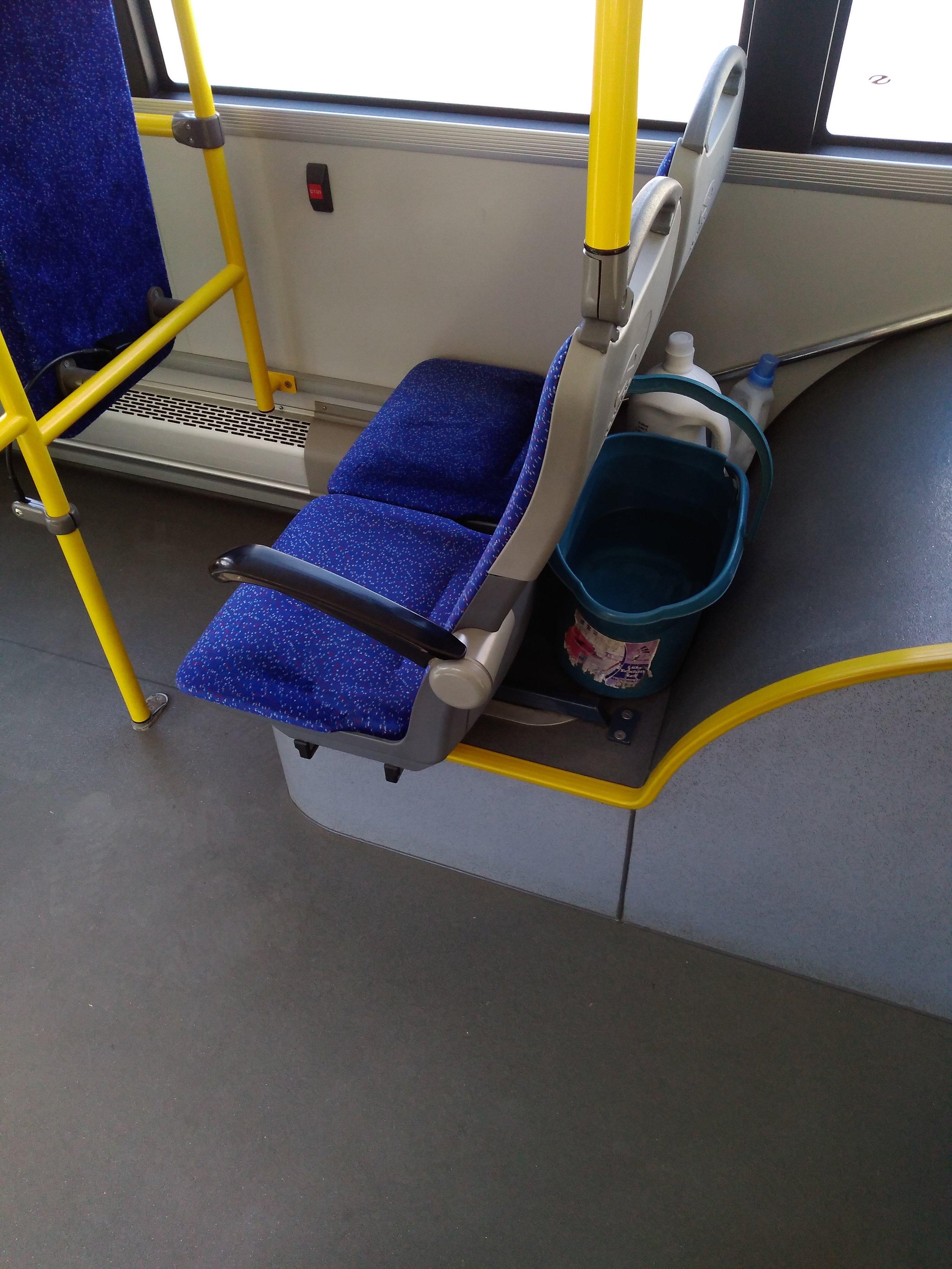 """Vědro s čistou vodou, mop a čistící prostředky jsou v každém plevenském trolejbuse samozřejmostí, a tak interiér místních vozů září čistotou. Místní DP přitom o tom, že řidiči vyfasovali """"kýbl"""", žádné tiskové zprávy vydávat nepotřebuje."""