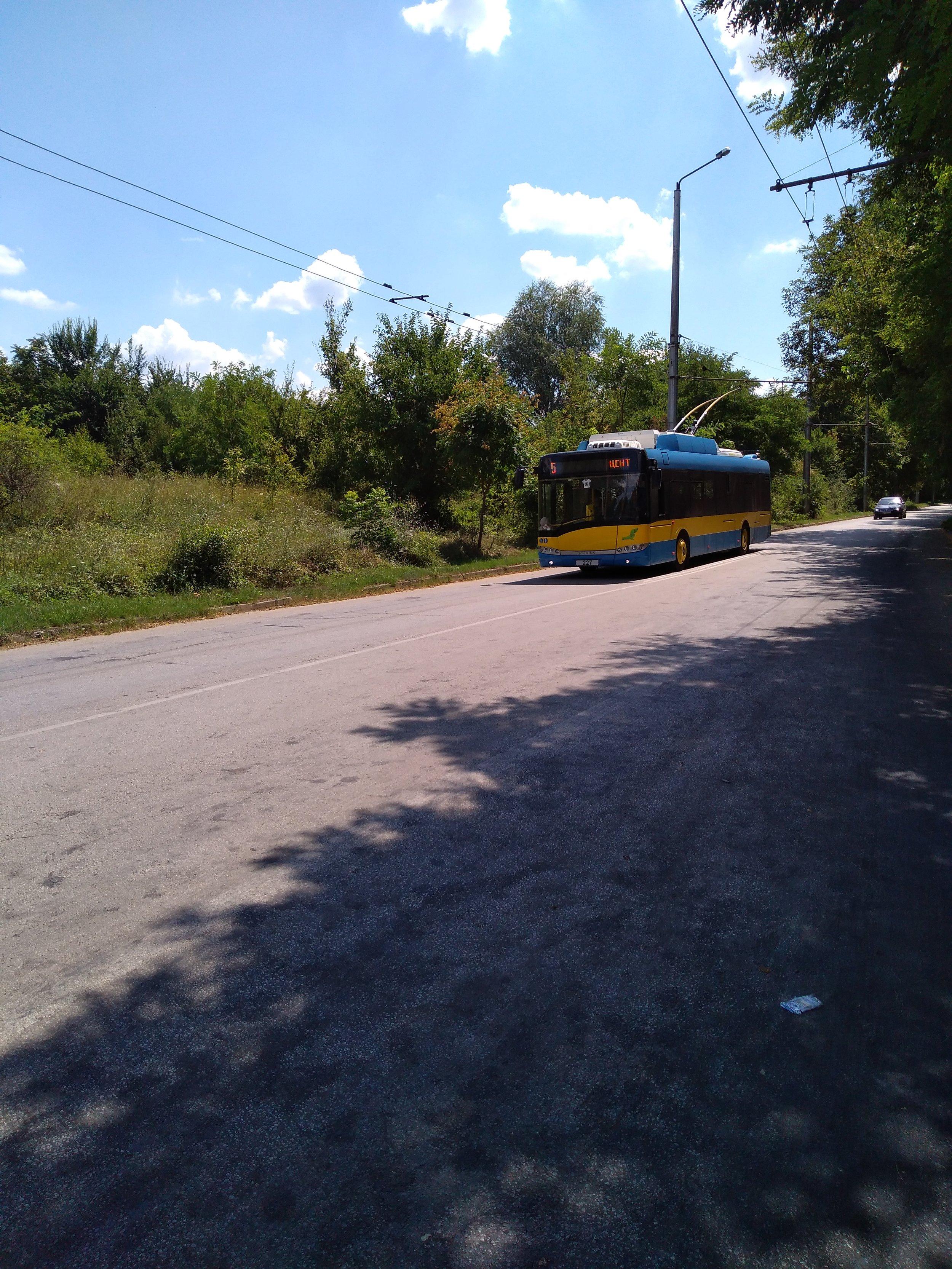 Trolejbus přijíždí na konečnou Družba po jižní trati.