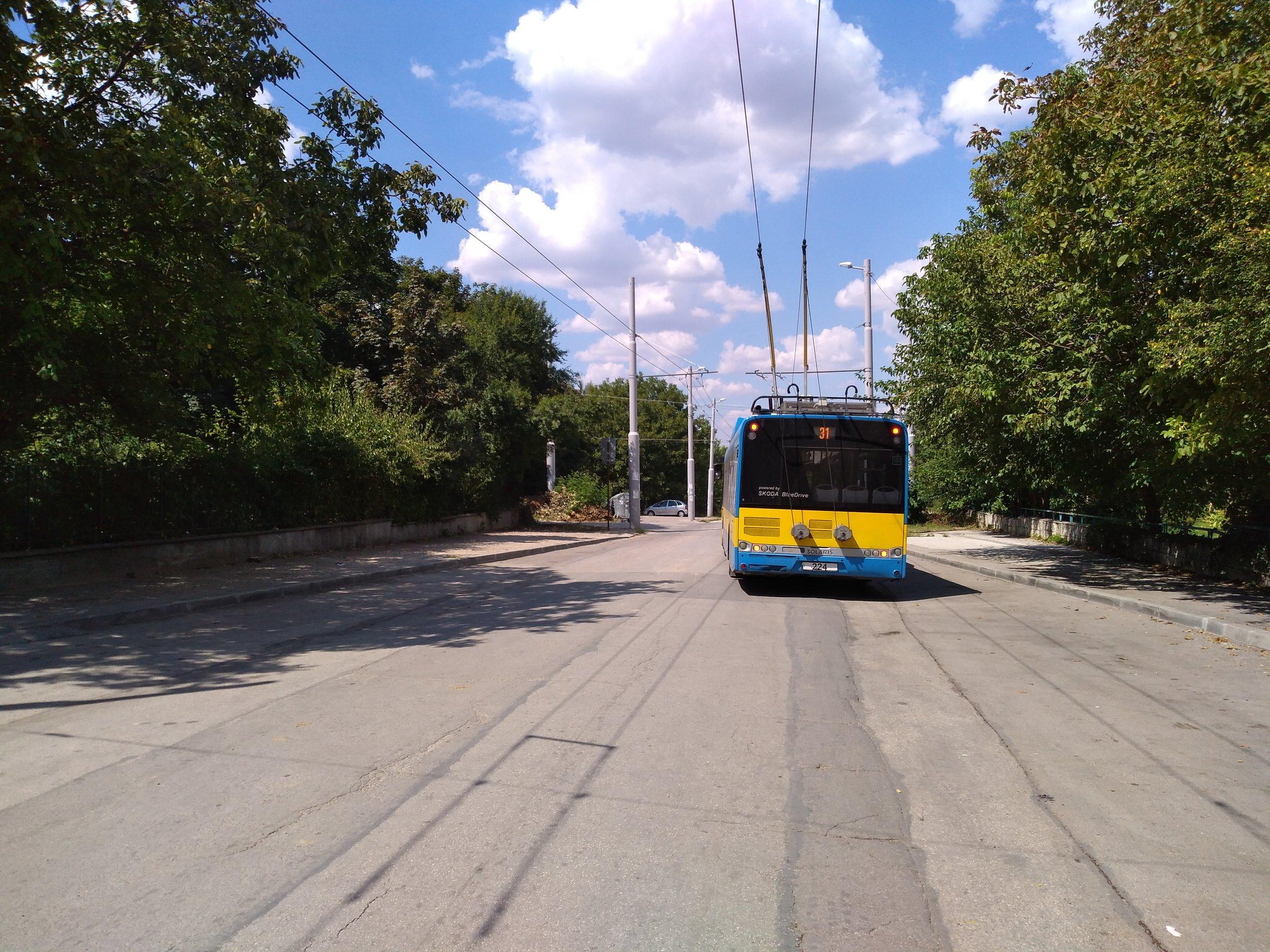 Trolejbus u nemocnice na západě města, na konečné, jež je součástí nedávno vybudované trati. (4x)