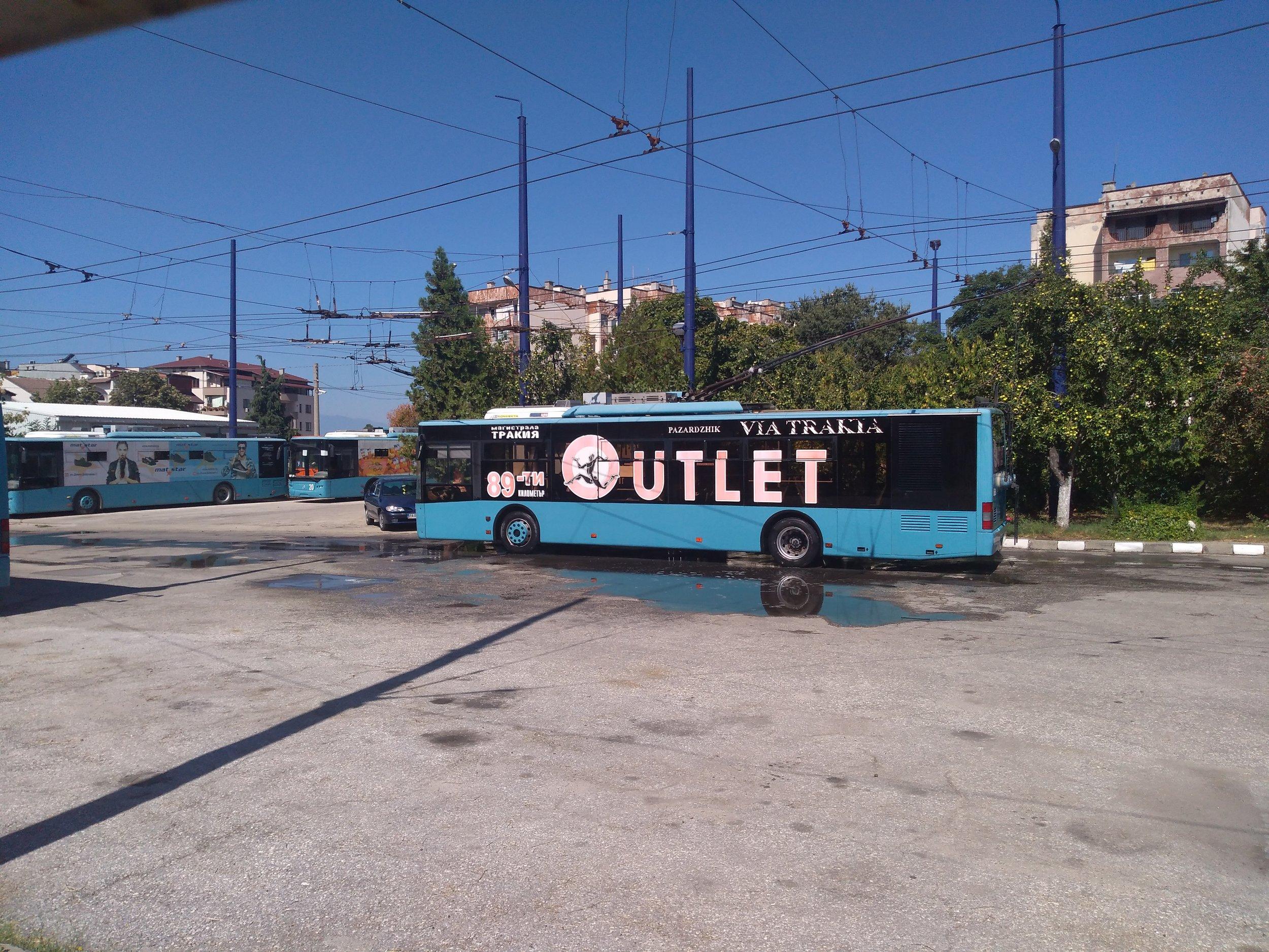 Pazardžický trolejbus LAZ září čistotou po polední koupeli. Místní vozovna nemá myčku, a tak jsou trolejbusy omývány vodou z hadice zaměstnanci podniku.
