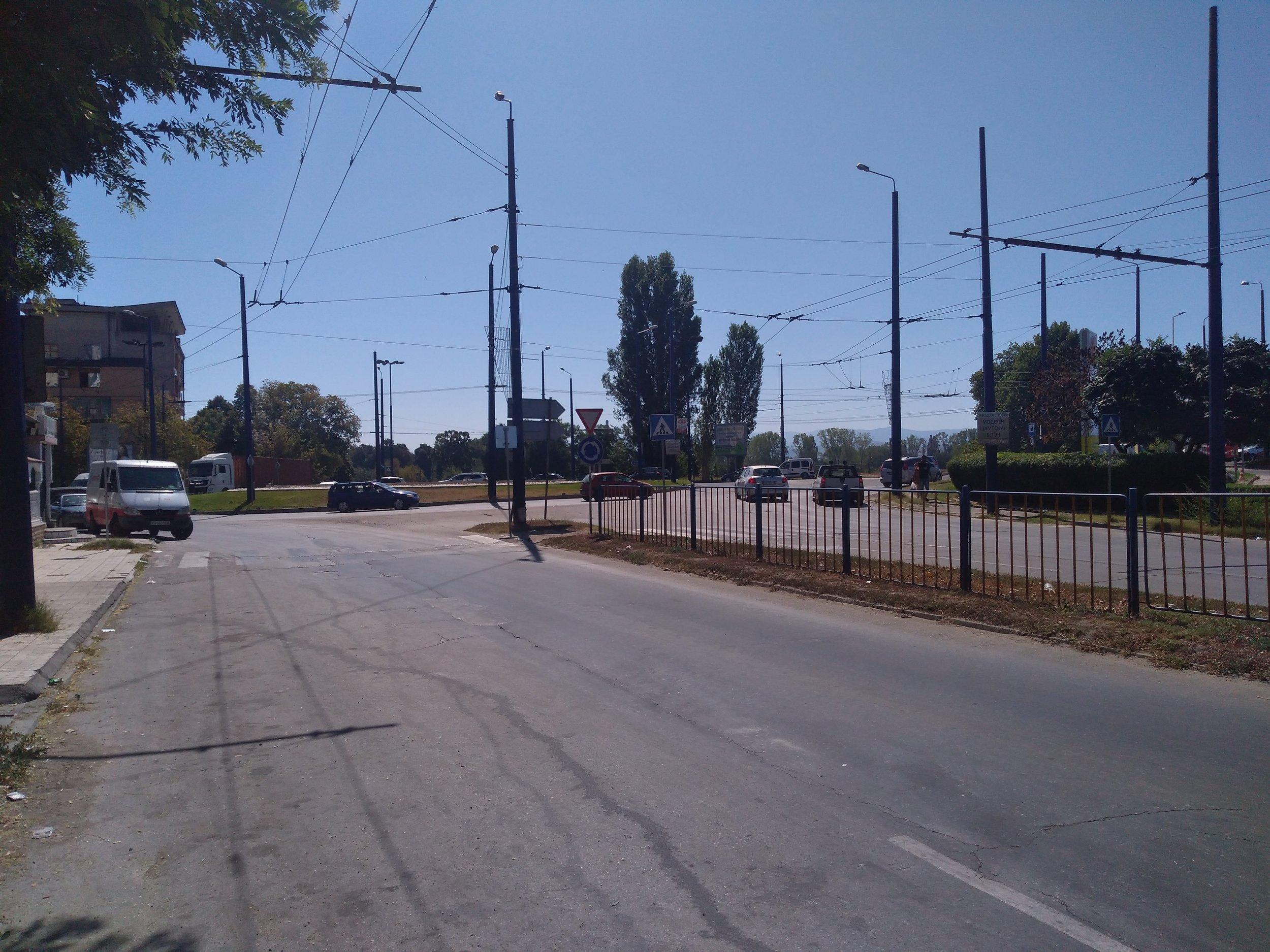 Zde vidíme napojení neprovozované trati u kruhového objezdu umístěného jižně od centra města.