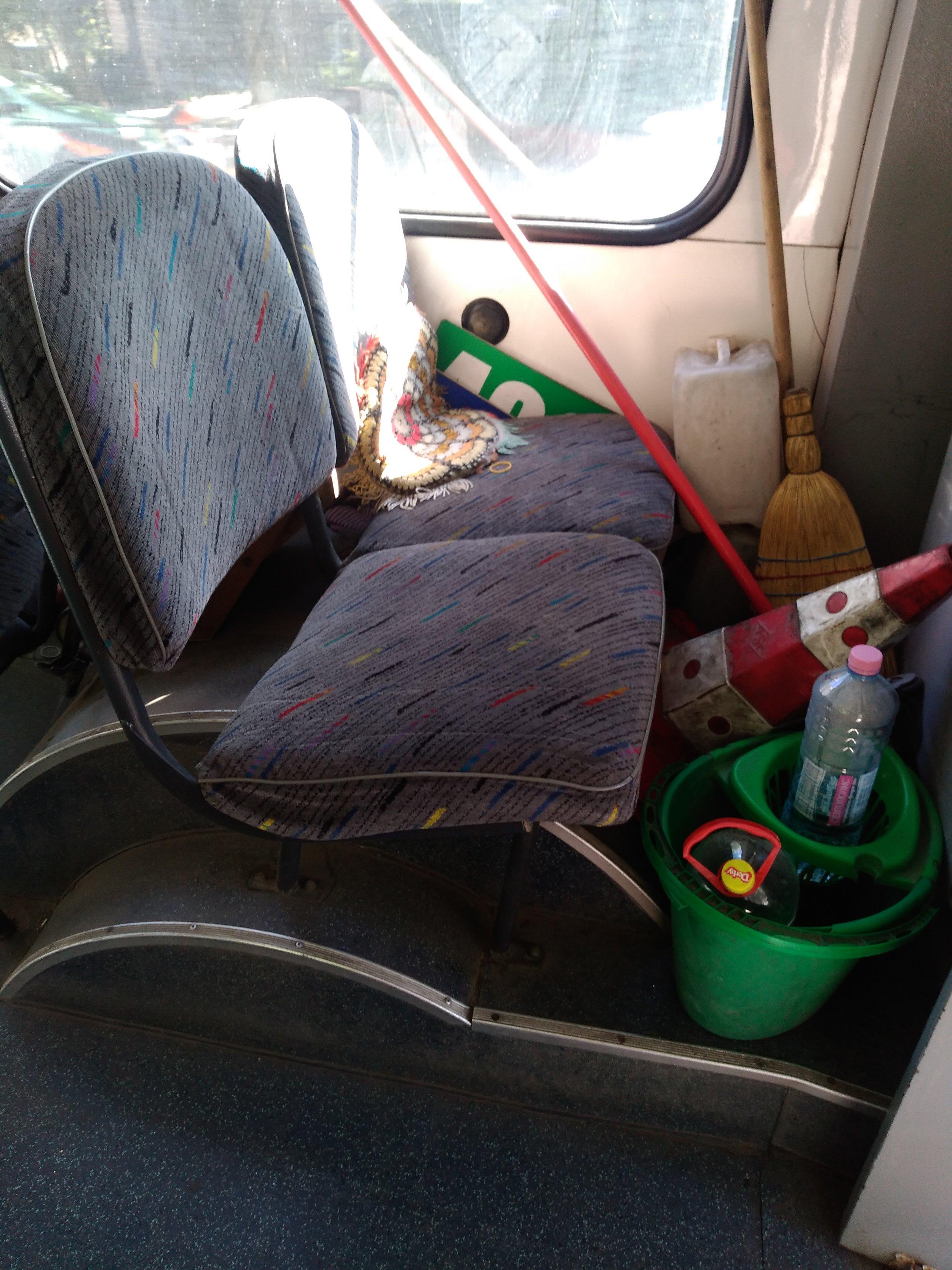 Kužel, kýbl, mop, saponát a další náčiní pro každý případ si vozí trolejbusy s sebou, co na tom, že jsou zabrány hned dvě sedačky.