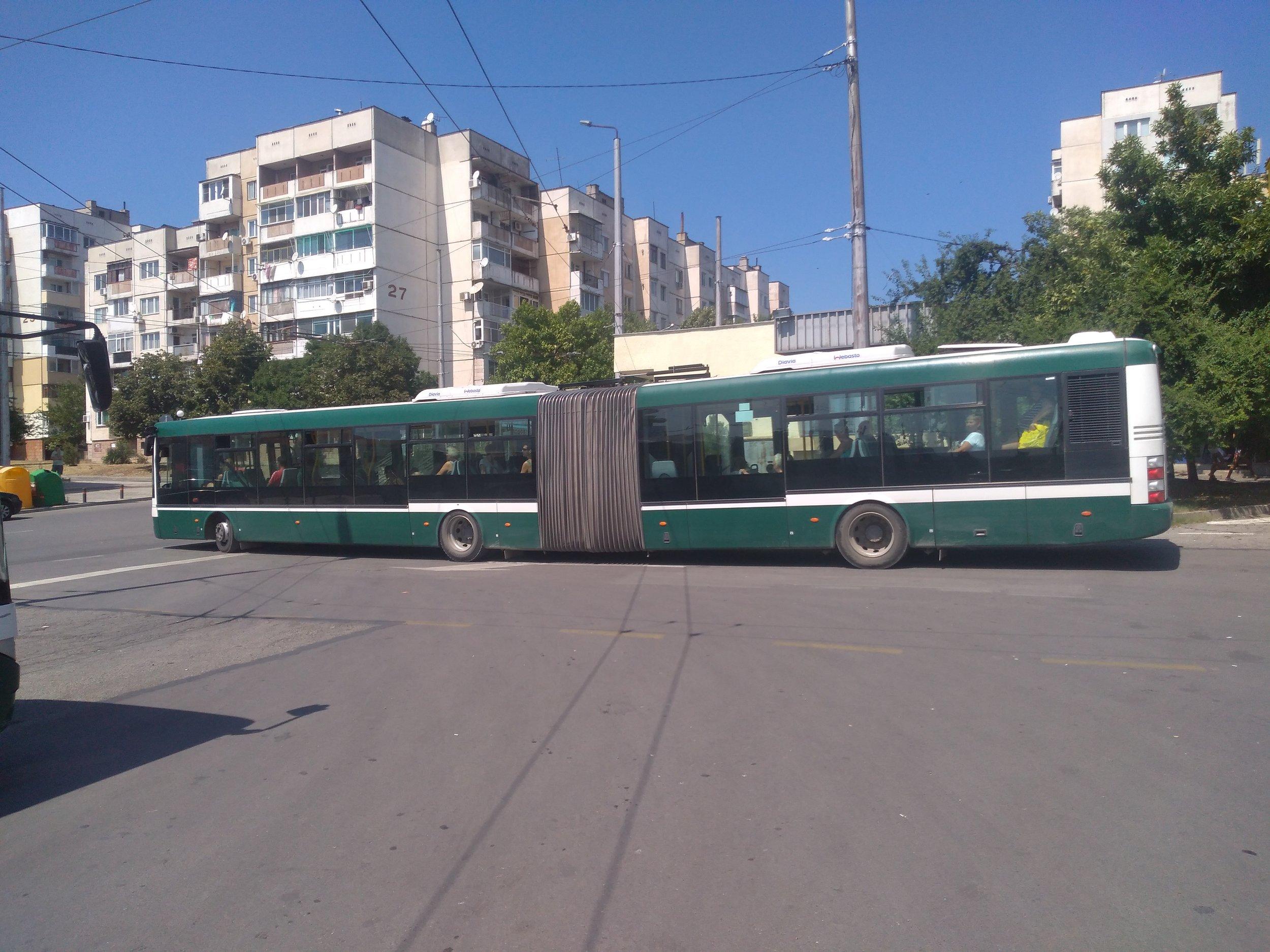 Ve městě jezdí několik kloubových vozů SOR.