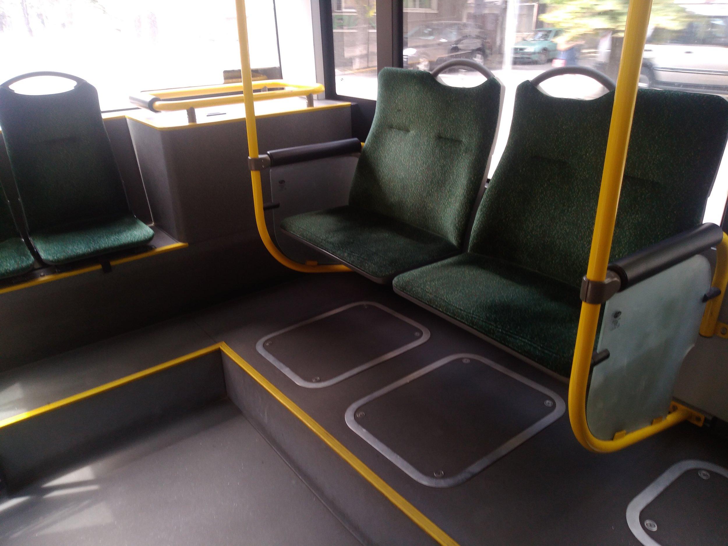 Netradiční uspořádání sedadel v zadní části salónu u 14ks série vozů Solaris Trollino 12 dodané v roce 2015.