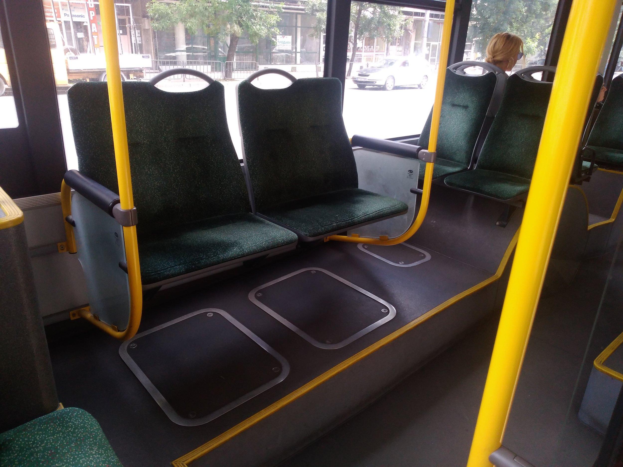 """Kdo umístění těchto dvou """"pryčen"""" vymyslel, není známo, pro jednoho člověka jsou příliš velké, pro dva dospělé lidi nedostatečné, nicméně jsou aspoň pohodlné. Jedno a půl sedadla jsou umístěná v bulharských vozech Škoda/Solaris i nad předním pravým kolem, a to jak ve směru jízdy, tak proti směru, přičemž jedno a půl sedadlo ve směru jízdy (tj. první u předních dveří) zabírá téměř vždy průvodčí."""