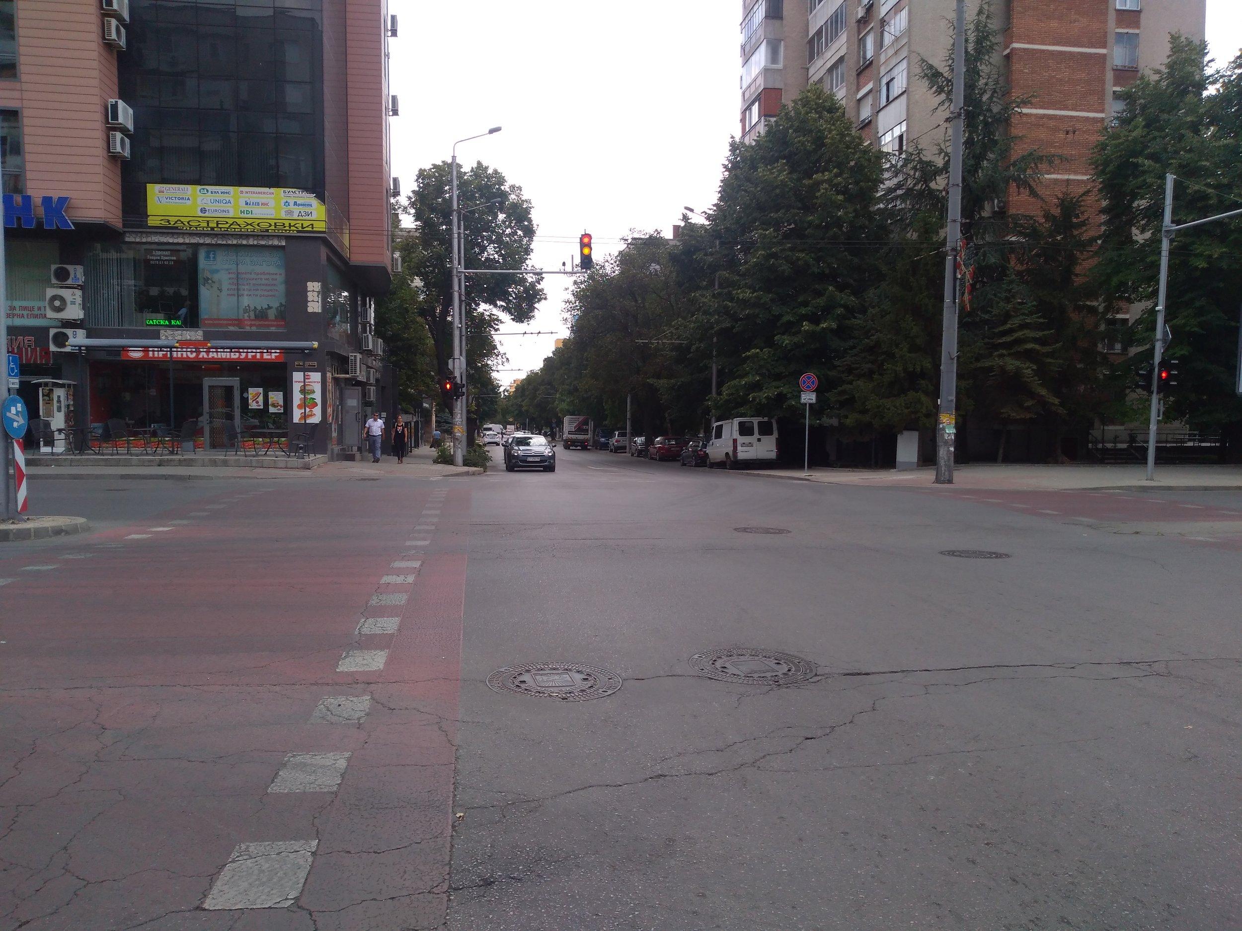 Zde vidíme počátek od ostatní sítě odstřižené trati, která je vedena po ulicích Angel Kănčev a General Gurko (pohled z třídy Car Simeon Veliki).