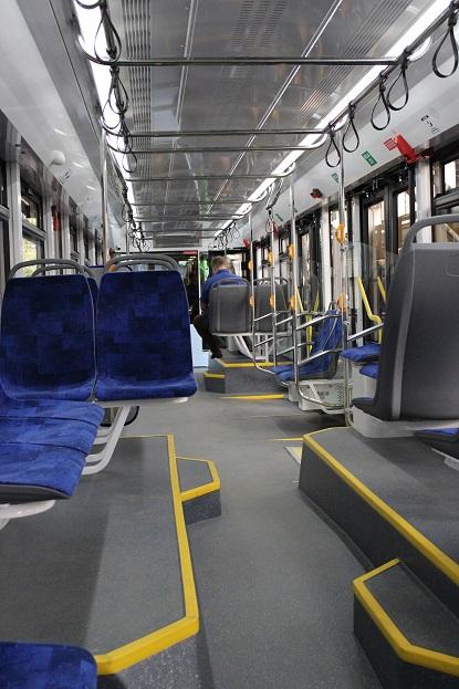 """Hlavním mínusem nové tramvaje budou zřejmě tyto schůdky, o které mohou někteří cestující zakopávat. Nicméně vše ukáže až praxe a ruský výrobce navíc není jediný na světě, kdo kdy podobné """"říční meandry"""" v tramvaji vytvořil."""