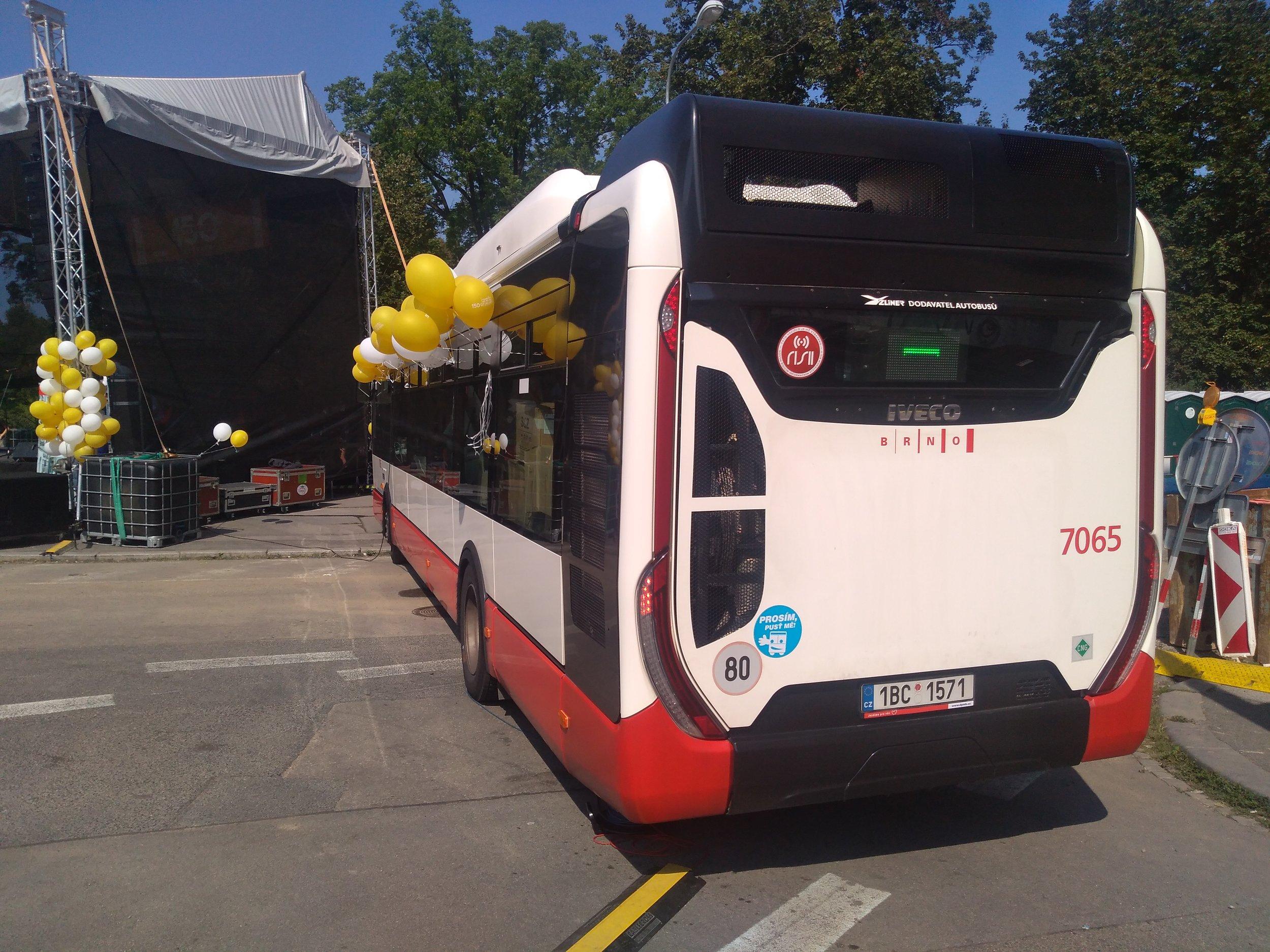 Autobus coby mobilní provozní zázemí celé akce.