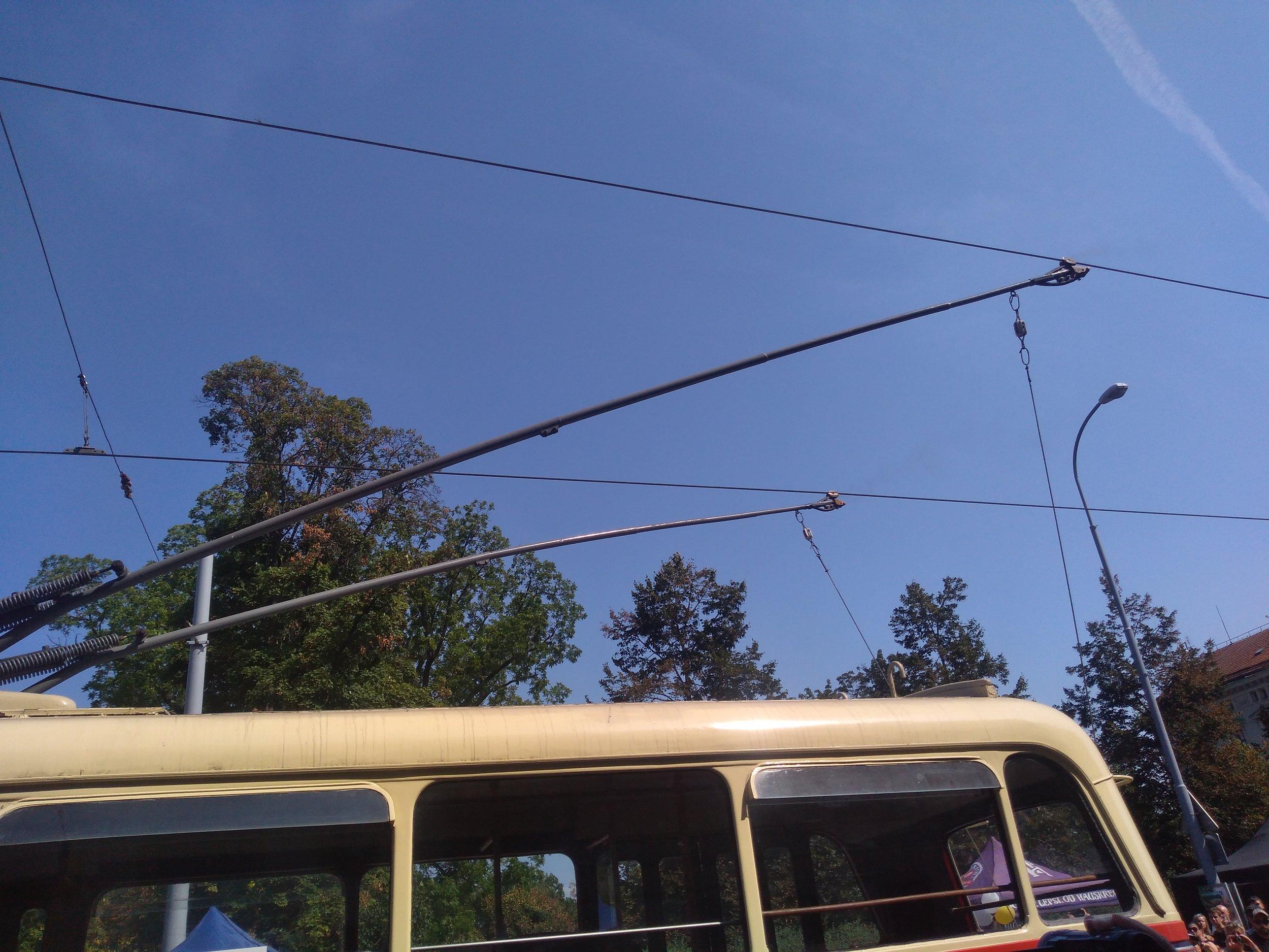 Některé trolejbusy si s tramvajovými trolejemi příliš nerozuměly.