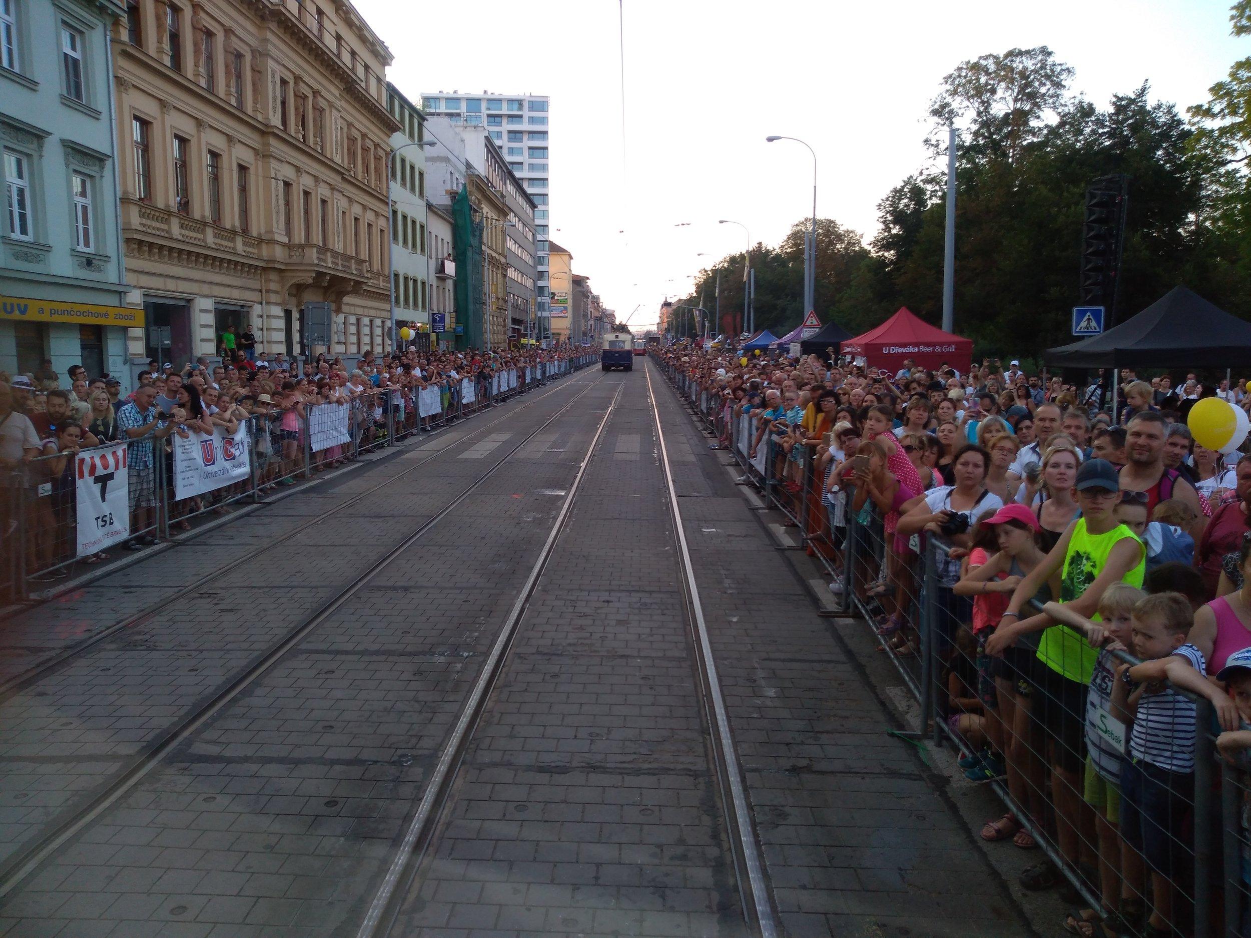 Pohled na davy z tramvaje T2.