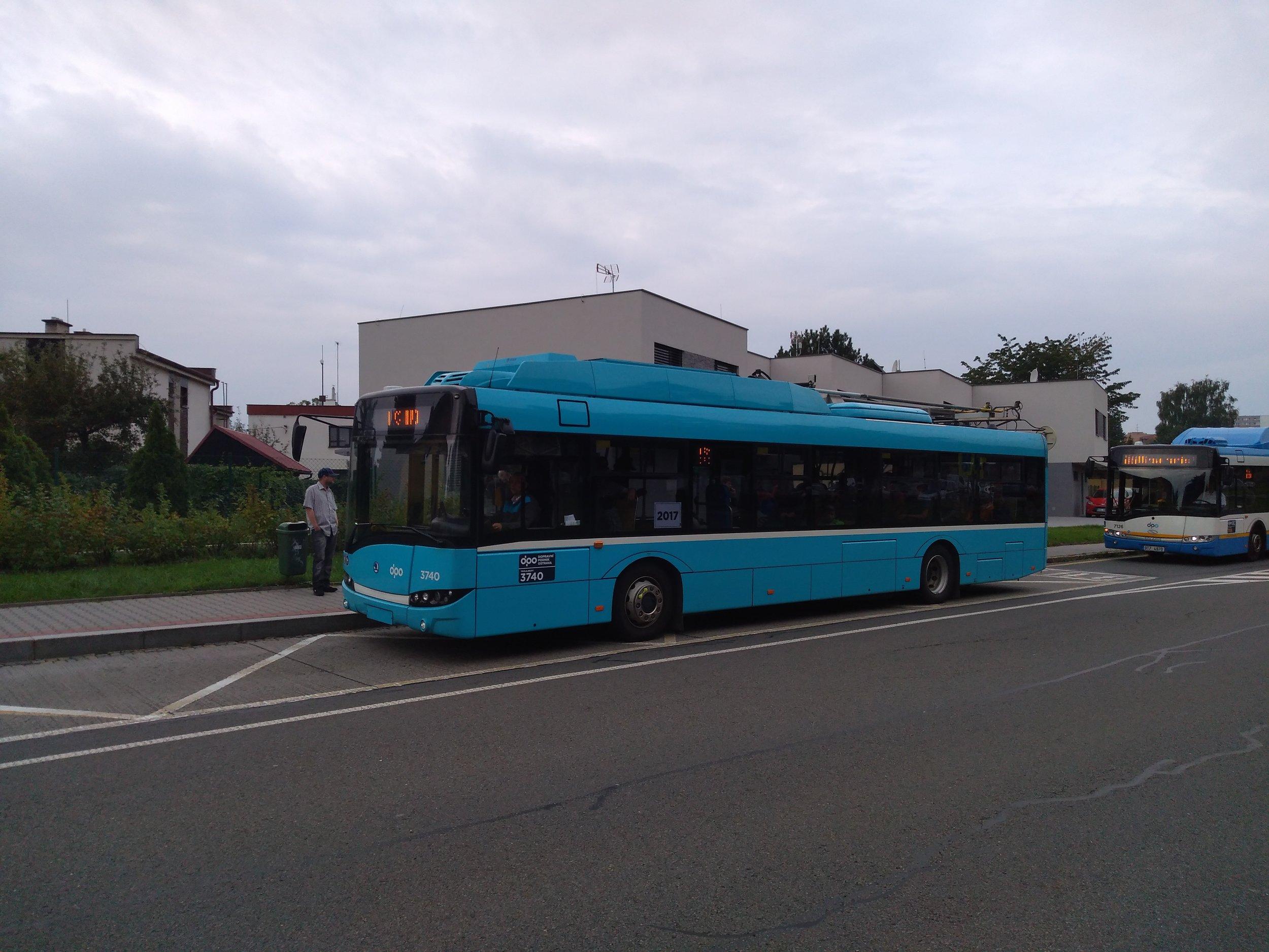 Trolejbus po roce opět v ostravském obvodu Poruba, kde se jinak nevyskytuje. Trolejbusy pro nabíjení a následnou jízdu po Porubě mohou využívat pouze jednostopý okruh v martinovských dílnách. Stačilo by přitom vhodně zatrolejovat jen některé porubské ulice a parciální trolejbusy by mohly vymýtit autobusovou dopravu z většiny tohoto obvodu a ještě napojit centrum, kde jsou trolejbusové tratě přítomny.